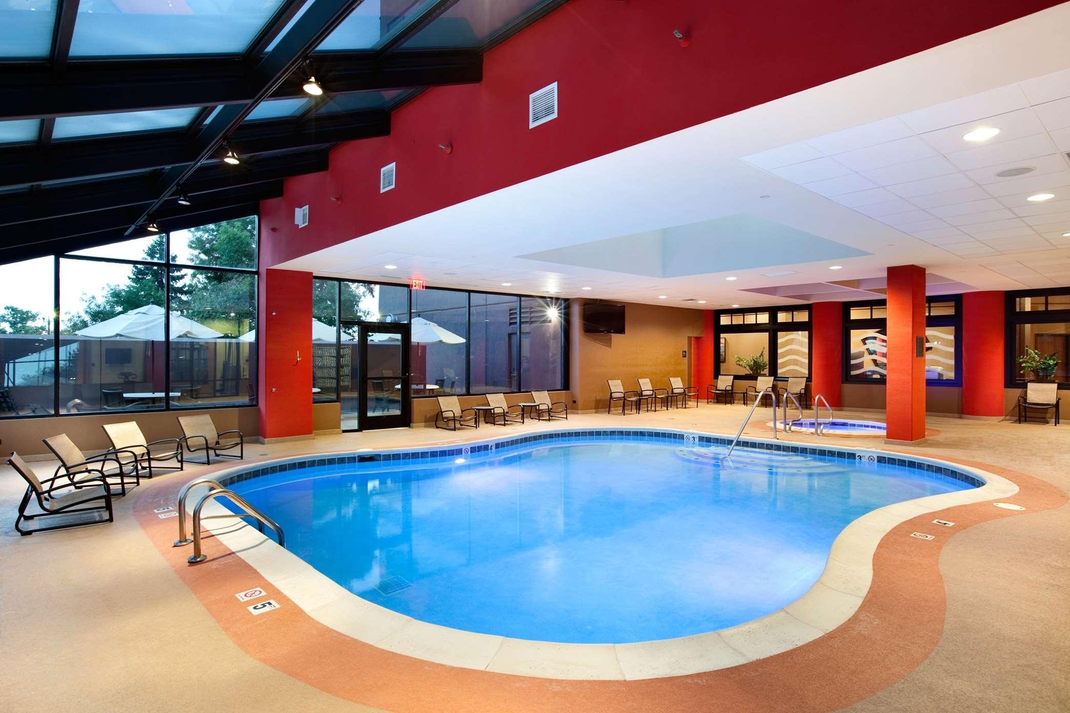 Hilton Chicago/Oak Brook Suites image 2