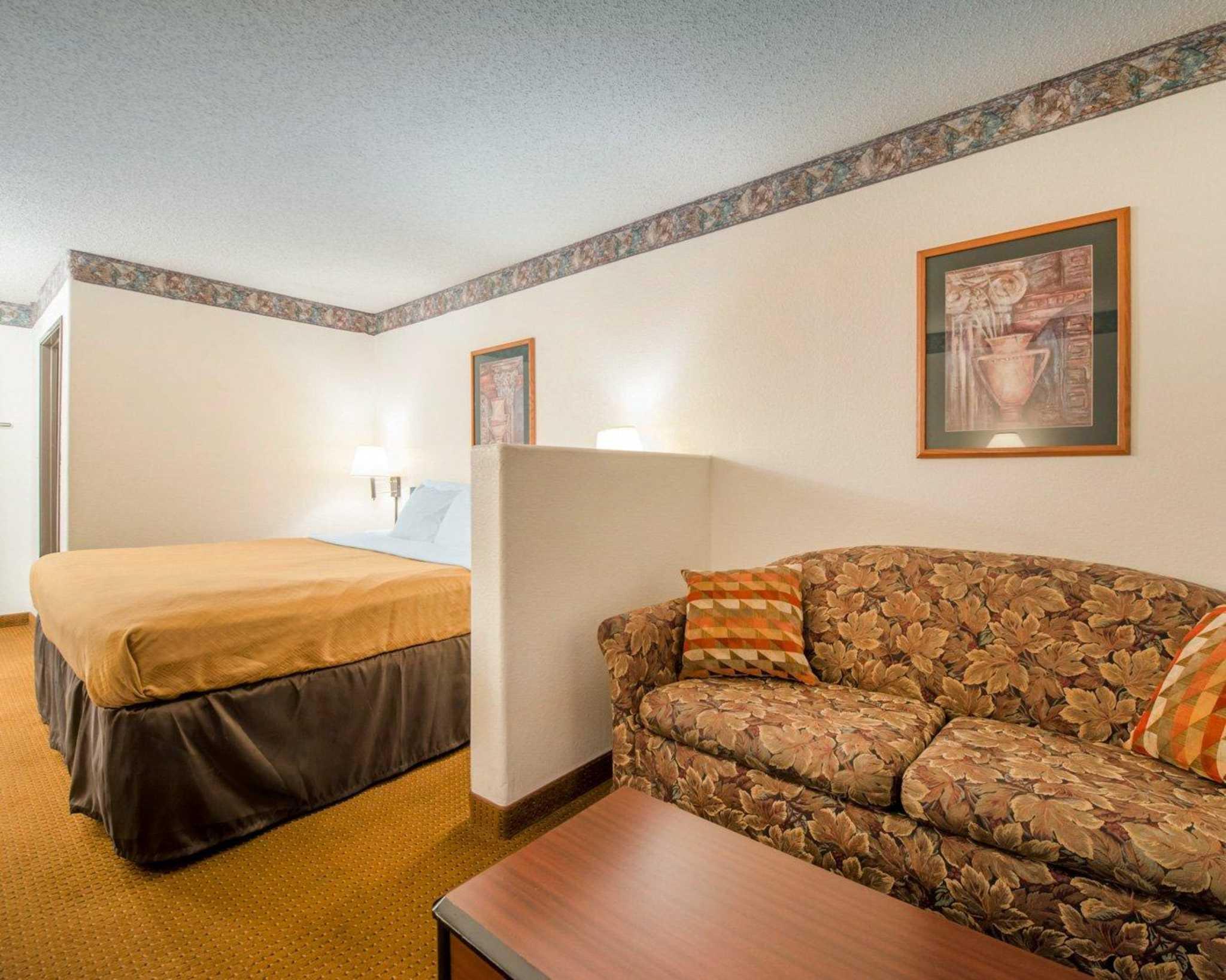 Econo Lodge image 11