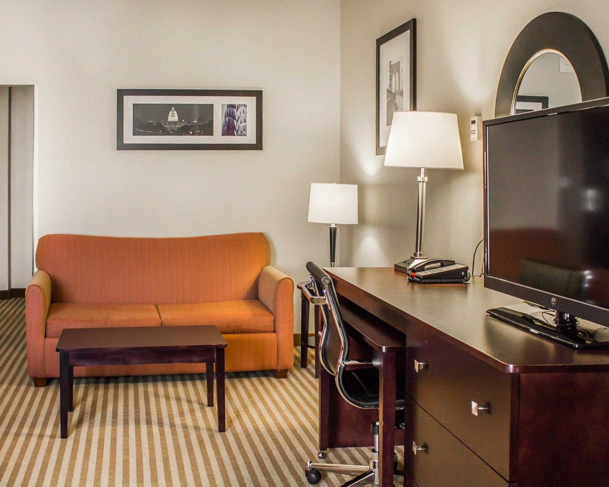 Comfort Suites East Broad at 270 image 15