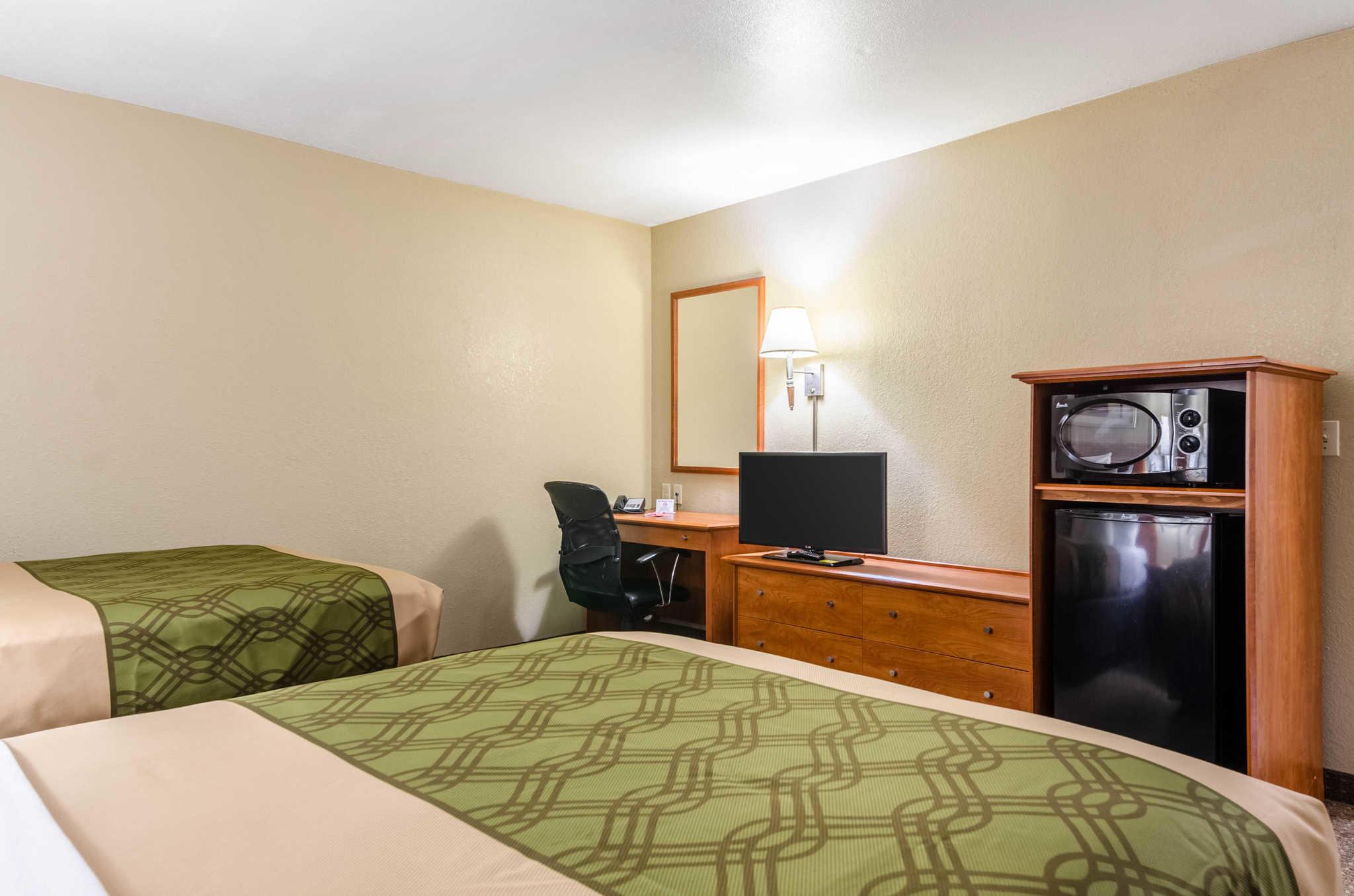 Econo Lodge  Inn & Suites I-35 at Shawnee Mission image 9