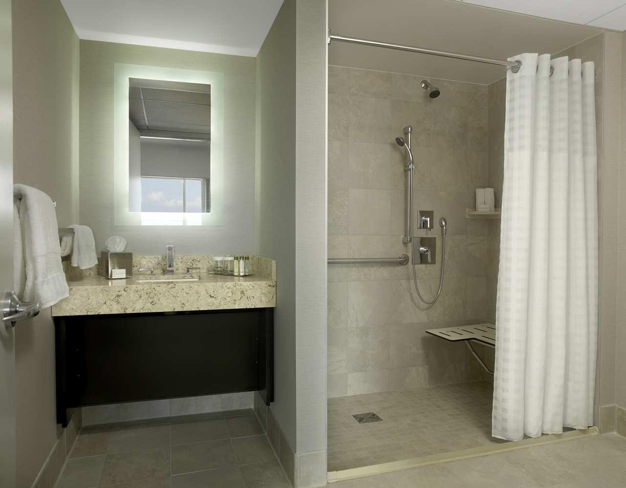 DoubleTree by Hilton Hotel Cedar Rapids Convention Complex image 14