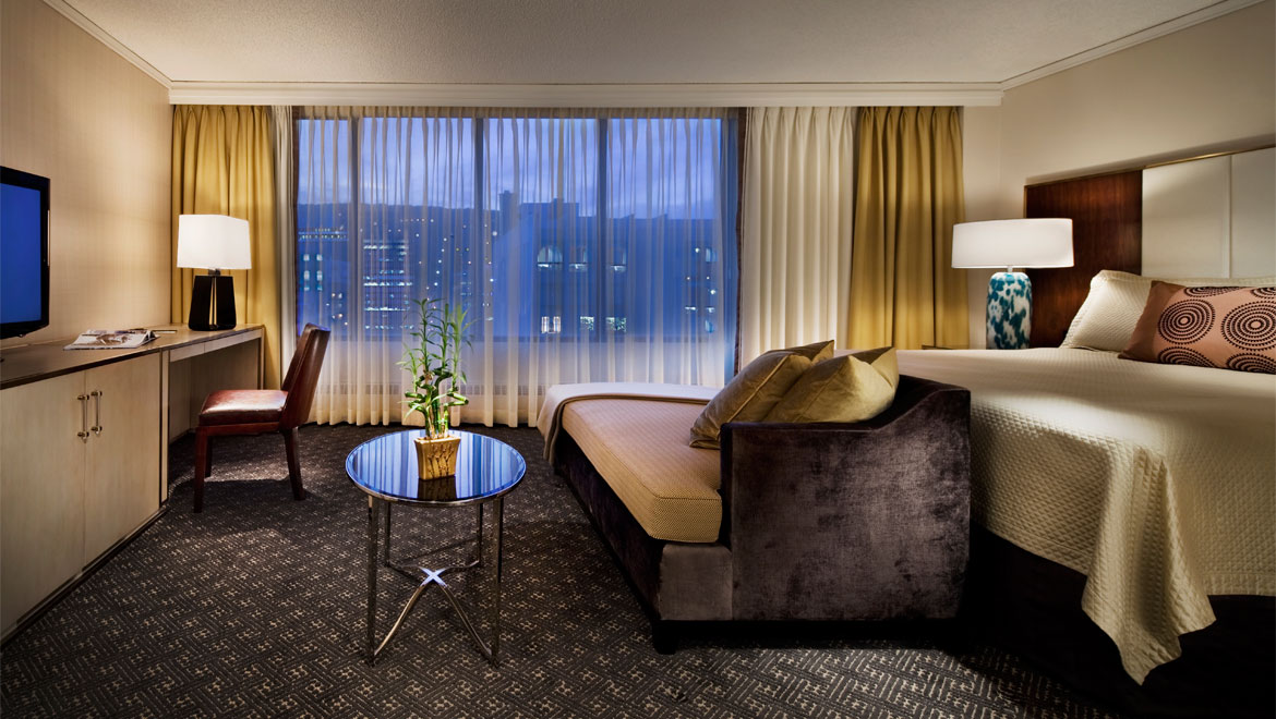 Hotel Omni Mont-Royal à Montreal: Relax like royalty in our king guestroom while enjoying a view of modern day Montreal.