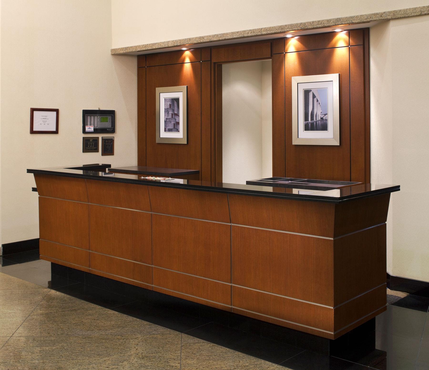 Four Points by Sheraton Hotel & Conference Centre Gatineau-Ottawa à Gatineau: Front desk