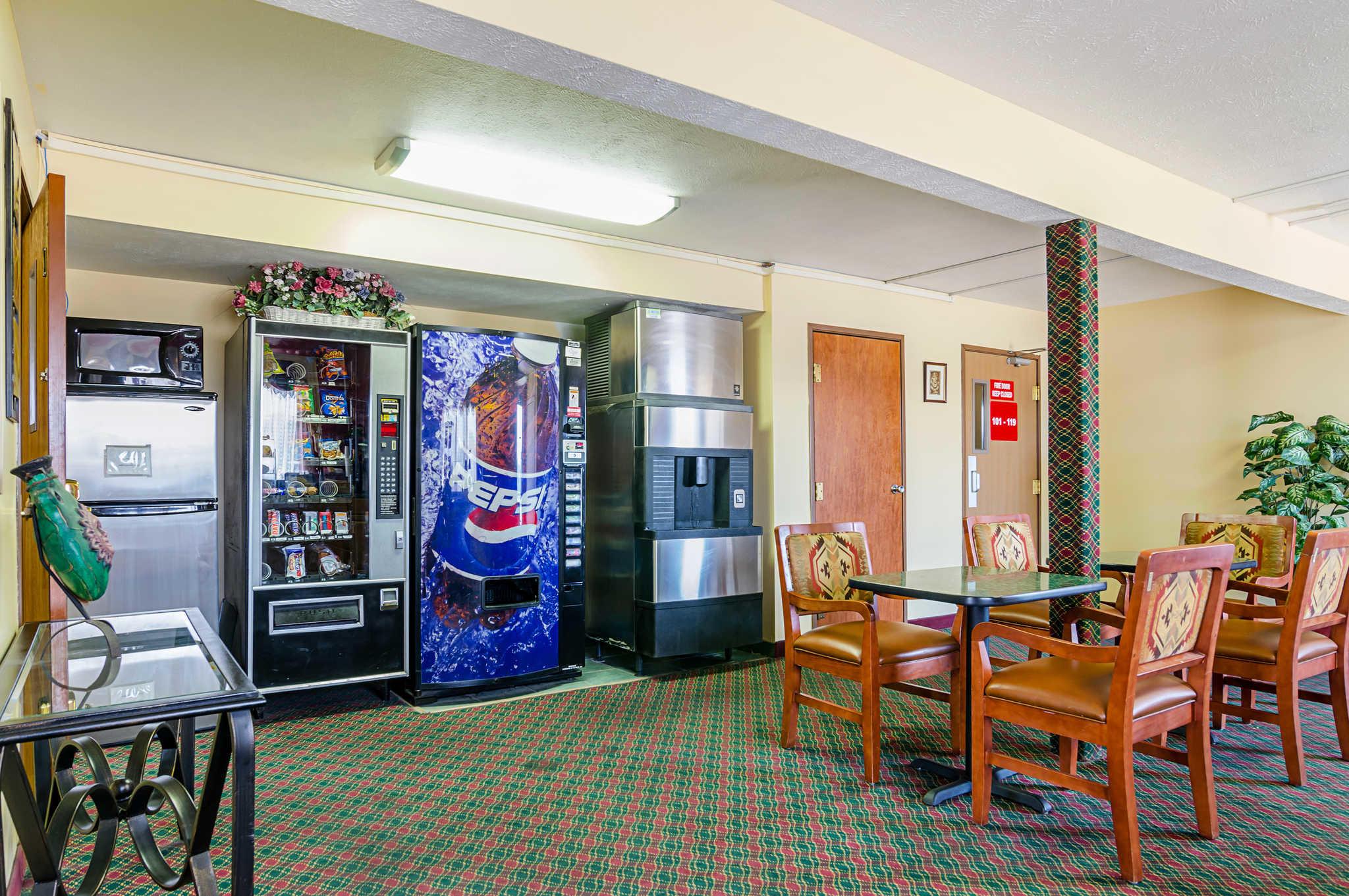 Econo Lodge Lansing - Leavenworth image 27