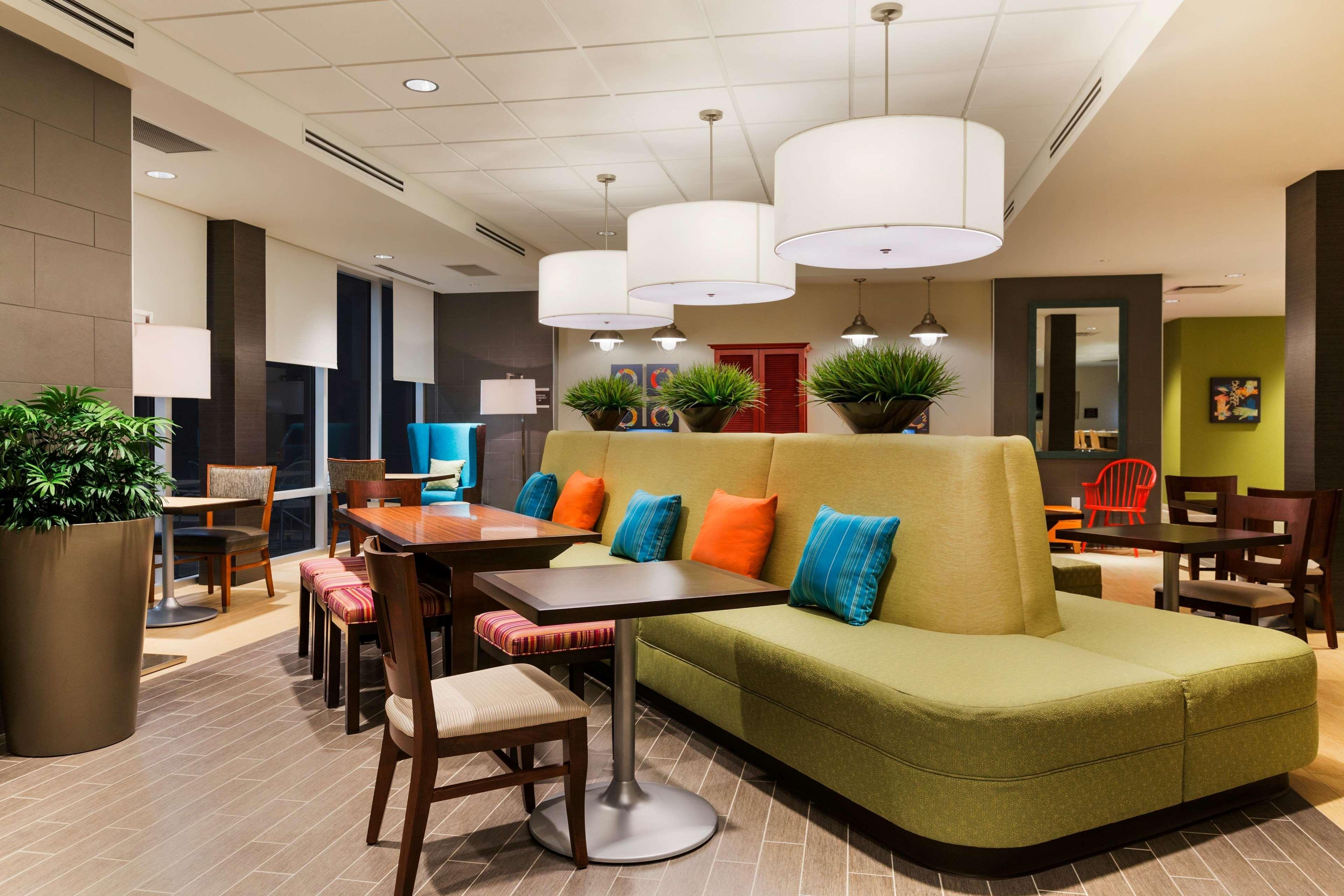 Home2 Suites by Hilton West Edmonton, Alberta, Canada à Edmonton: Oasis Lobby