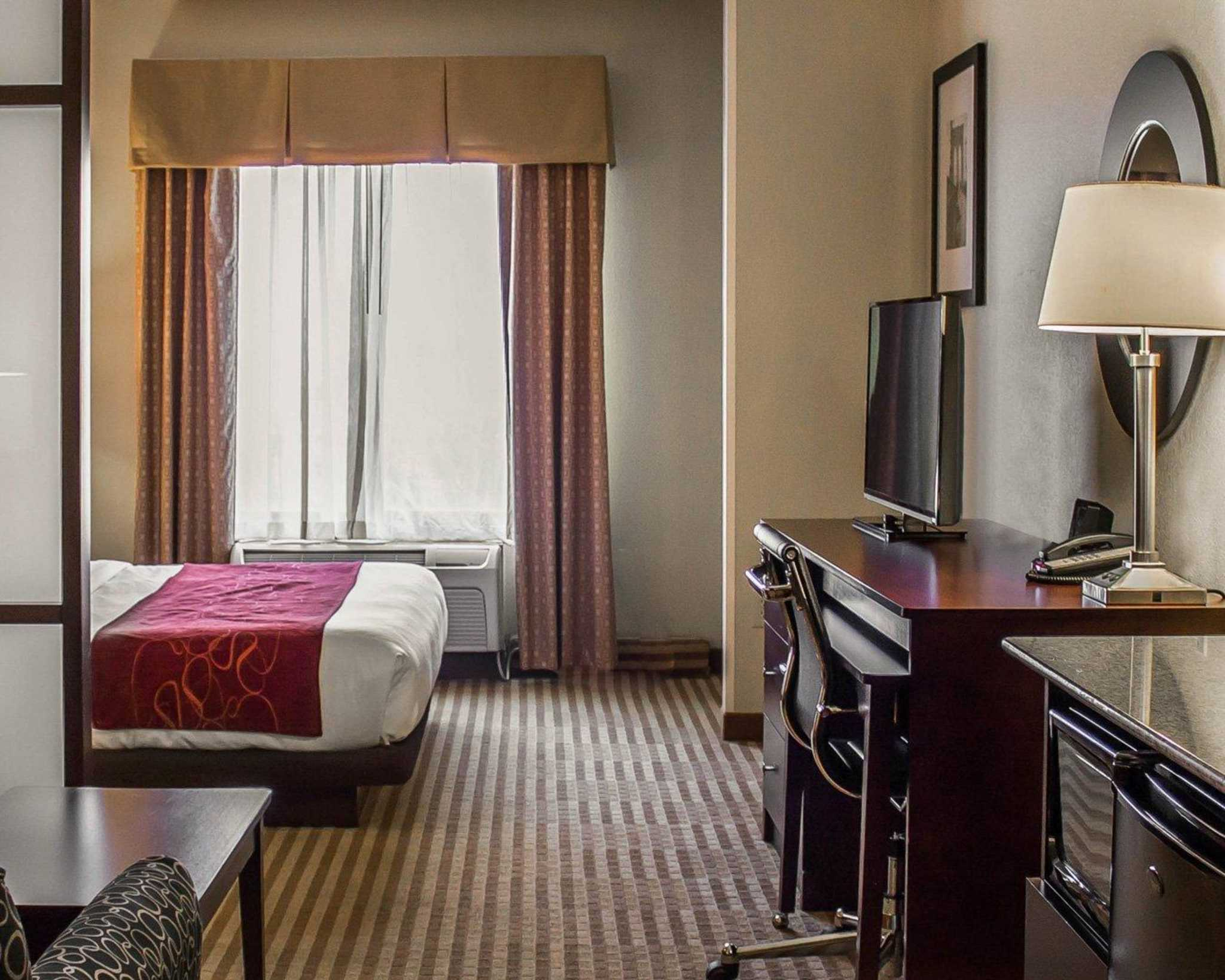 Comfort Suites East Broad at 270 image 30