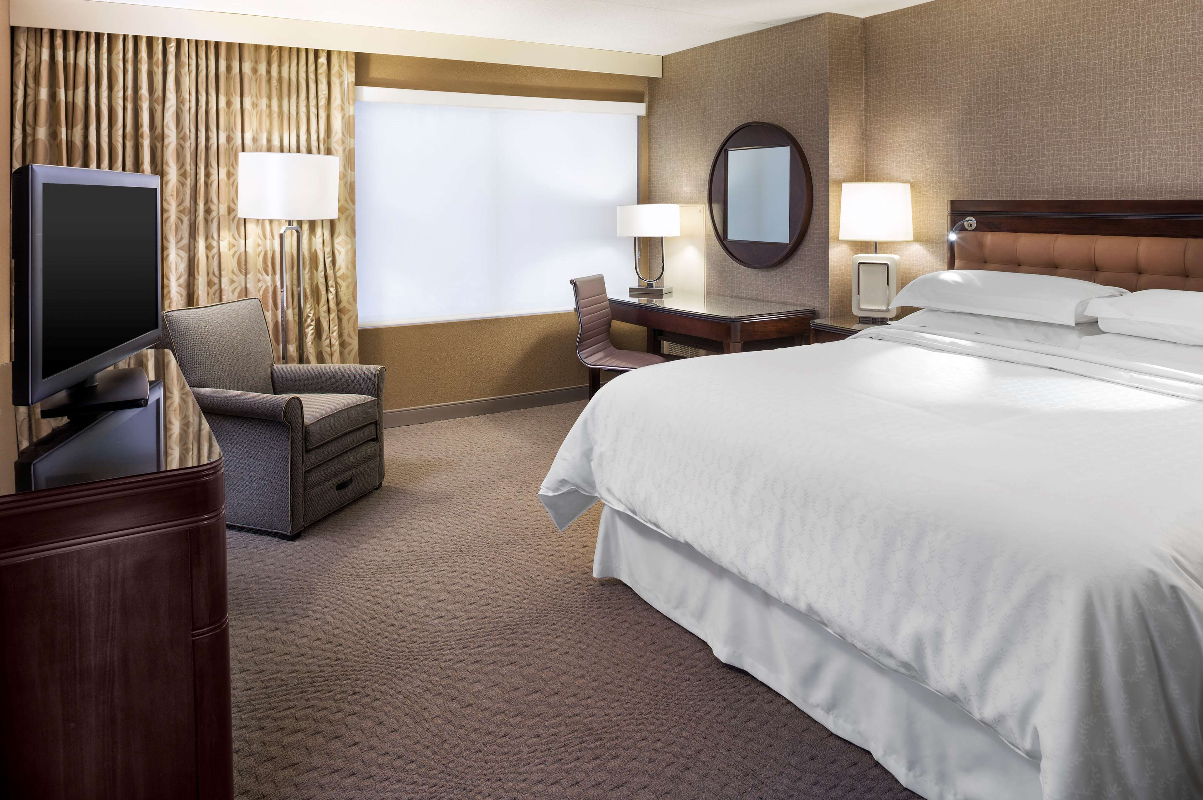 La Quinta Inn & Suites Hartford Bradley Airport hotel is a conveniently located park-and-fly hotel serving Connecticut's Bradley International Airport travelers.