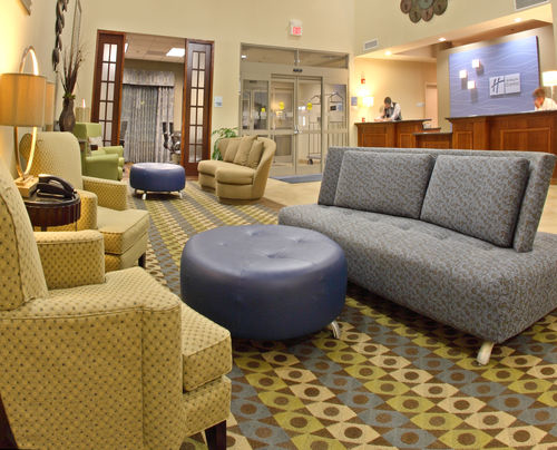 Holiday Inn Express & Suites Searcy image 1