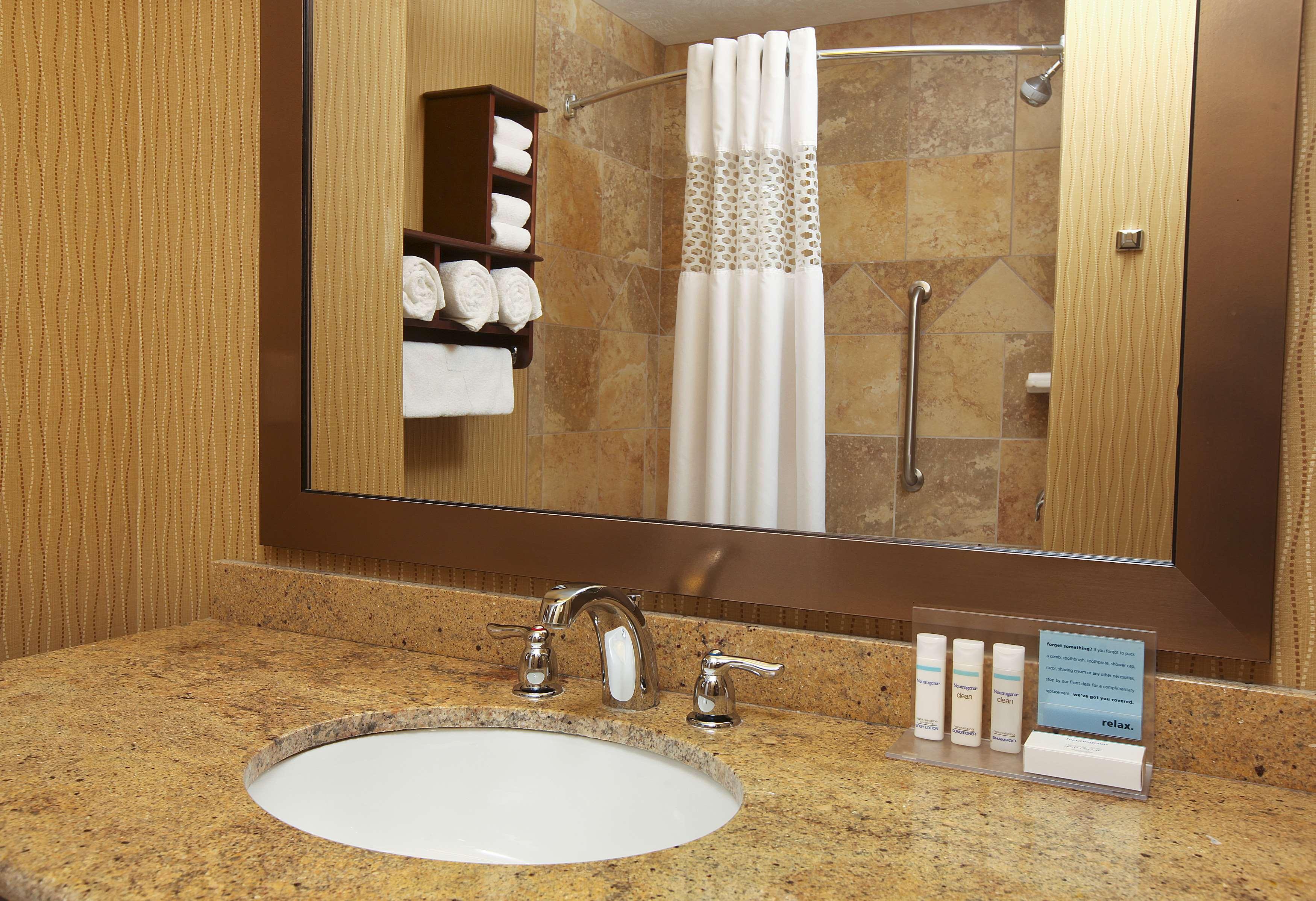 Hampton Inn & Suites Fargo image 11
