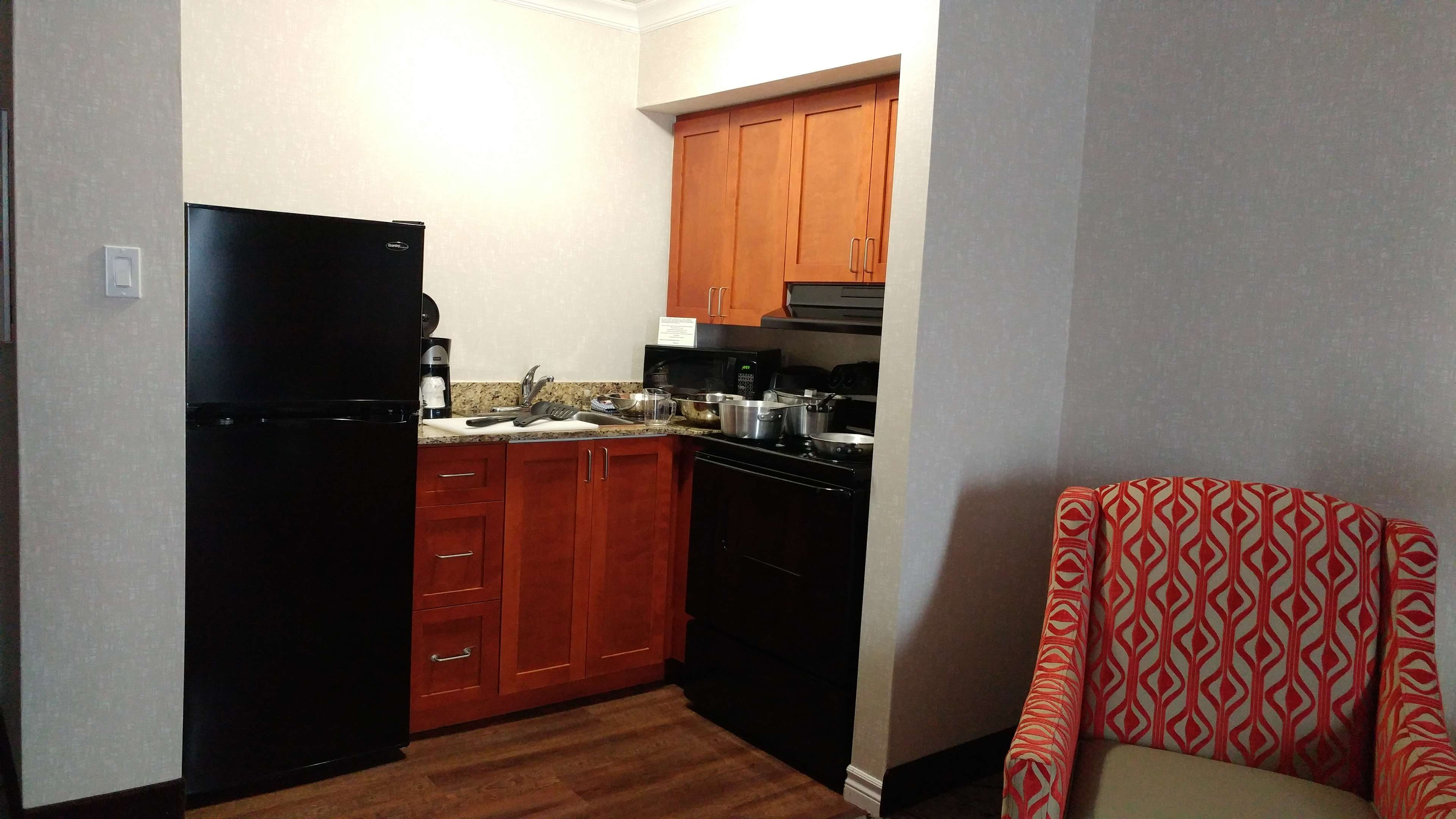 Best Western Plus Rose City Suites in Welland: Kitchen area with kitchen supplies on display
