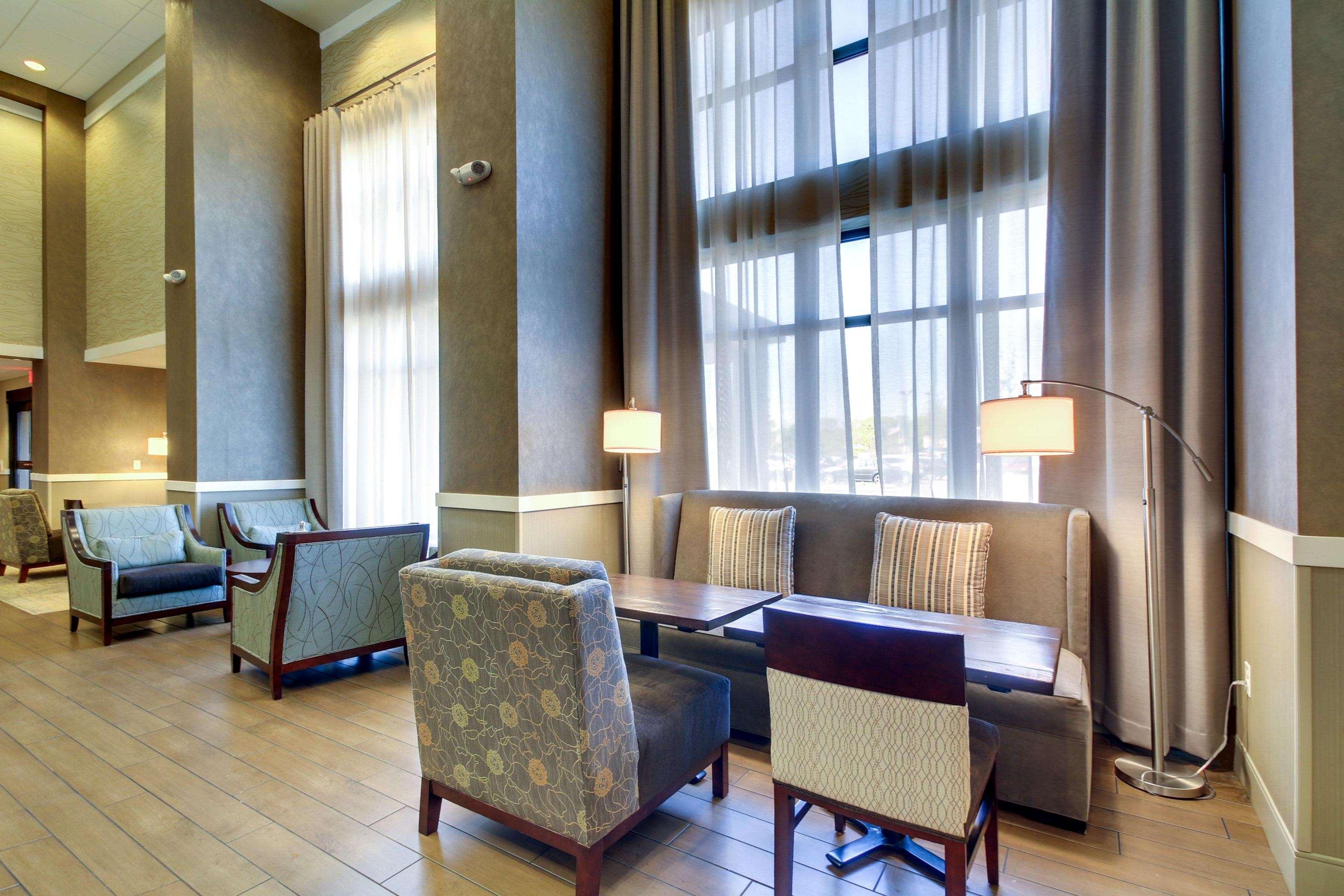 Hampton Inn & Suites Milwaukee West image 1