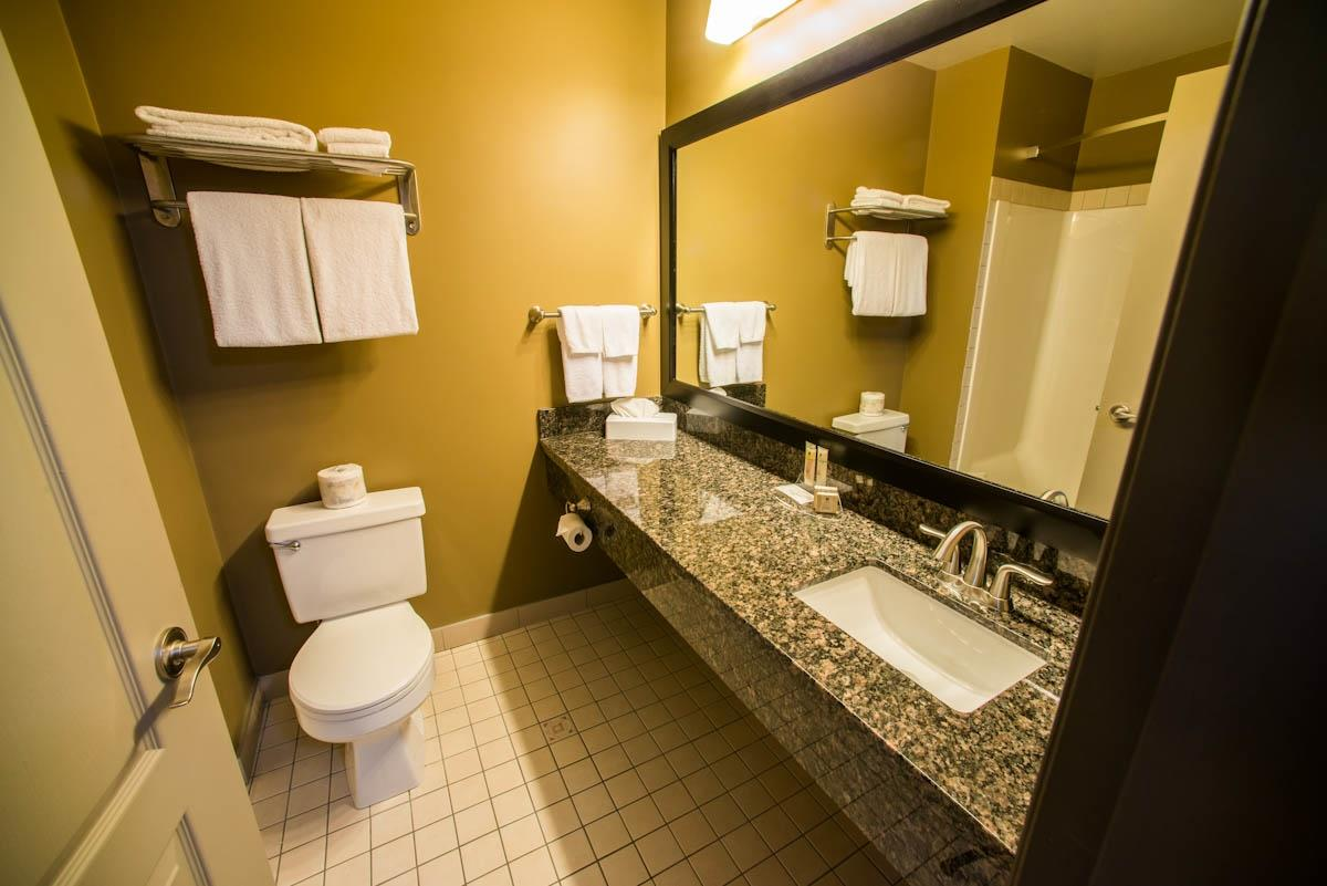 Best Western Plus Baker Street Inn & Convention Centre in Nelson: Guest Bathroom