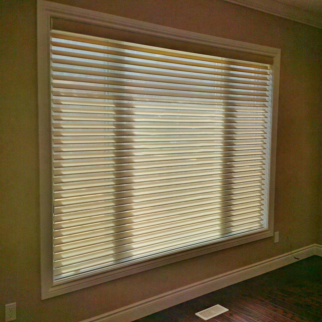 Budget Blinds à Waterloo: Horizontal window shadings combine the functional tilting vanes of a traditional blind, with the softness of a fabric shade.