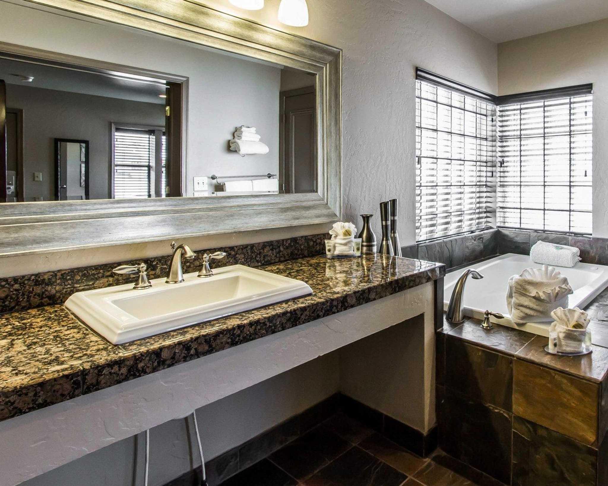 Rodeway Inn & Suites Downtowner-Rte 66 image 30