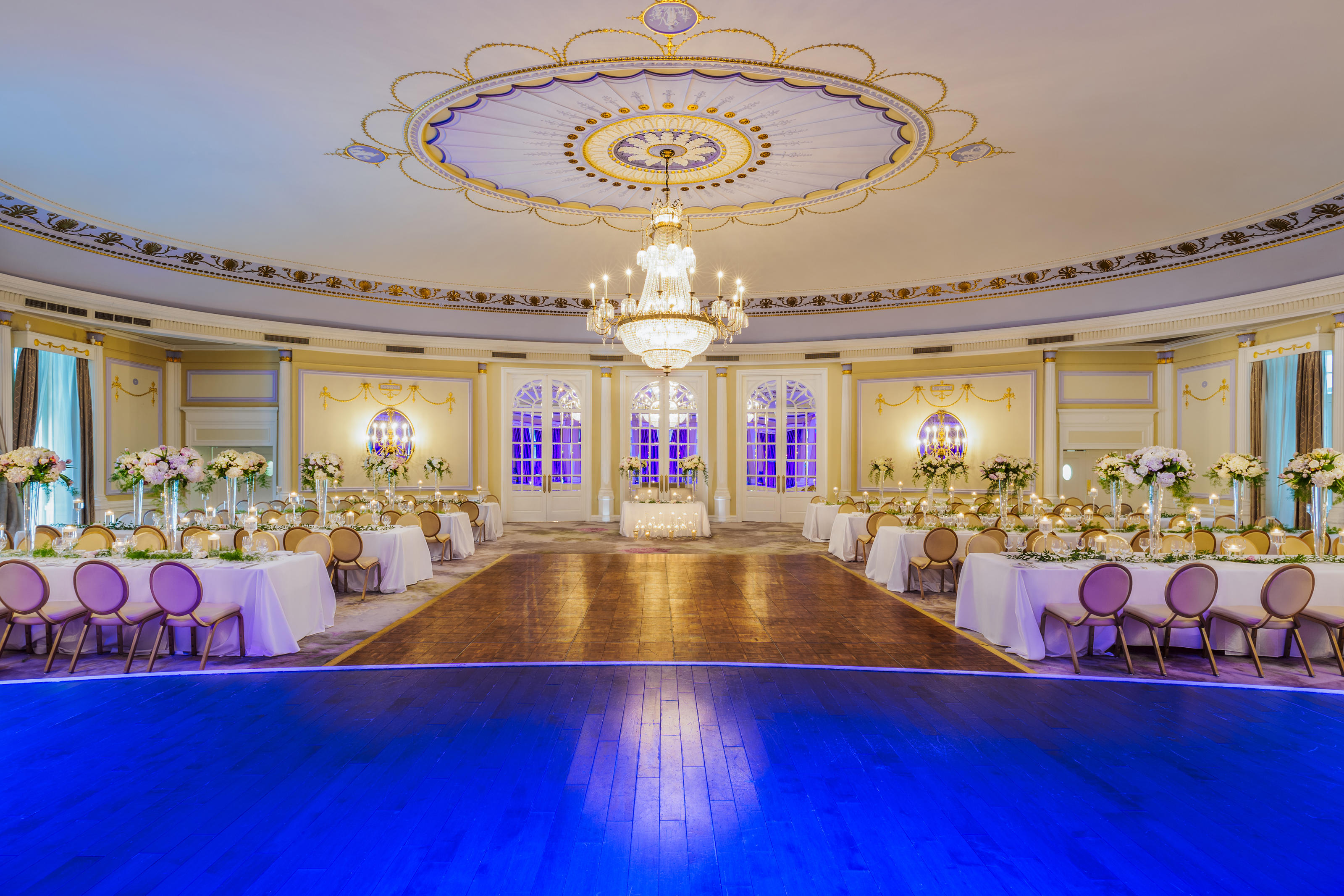 The Ritz-Carlton, Montreal à Montreal: With spaces that exude both historic charm and sophisticated luxury, The Ritz-Carlton, Montreal offers the ultimate venue for your wedding. Plan an intimate gathering on the Oval Room Terrace, where gardens bloom with romance. Or host a lavish affair within the Gold and Grey Room, which can welcome more than 200 guests. Each of the hotel's seven luxury wedding venues inspires unforgettable events.  In addition to its indoor and outdoor wedding spaces, this Montreal hotel offers the assistance of a dedicated wedding planner to guide you in selecting details like invitations, flowers, menus, music and décor.  The hotel also provides exquisite catering for every event. Its exceptional culinary team includes Pastry Chef Claude Guérin, who was recently awarded the title of Best Pastry Chef in Canada. Additionally, its kitchens are the only ones in Montreal that offer Glatt Kosher catering.