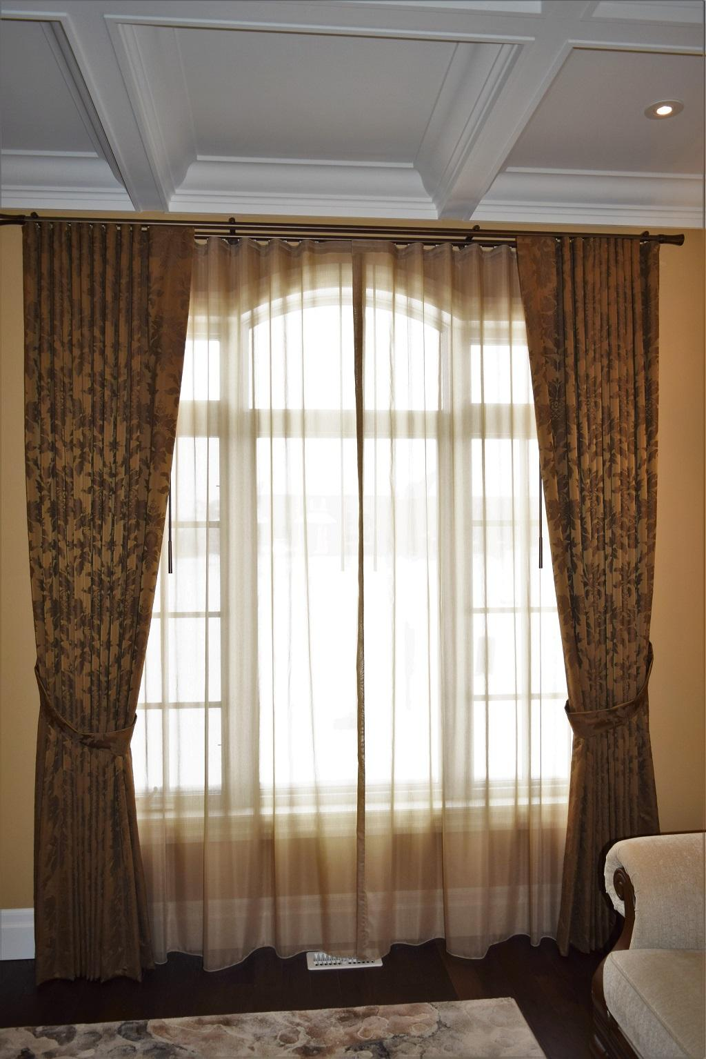 Budget Blinds à Waterloo: Ripplefold Drapery and Ripplefold Sheers provided this Waterloo homeowner with exactly the look they were after.