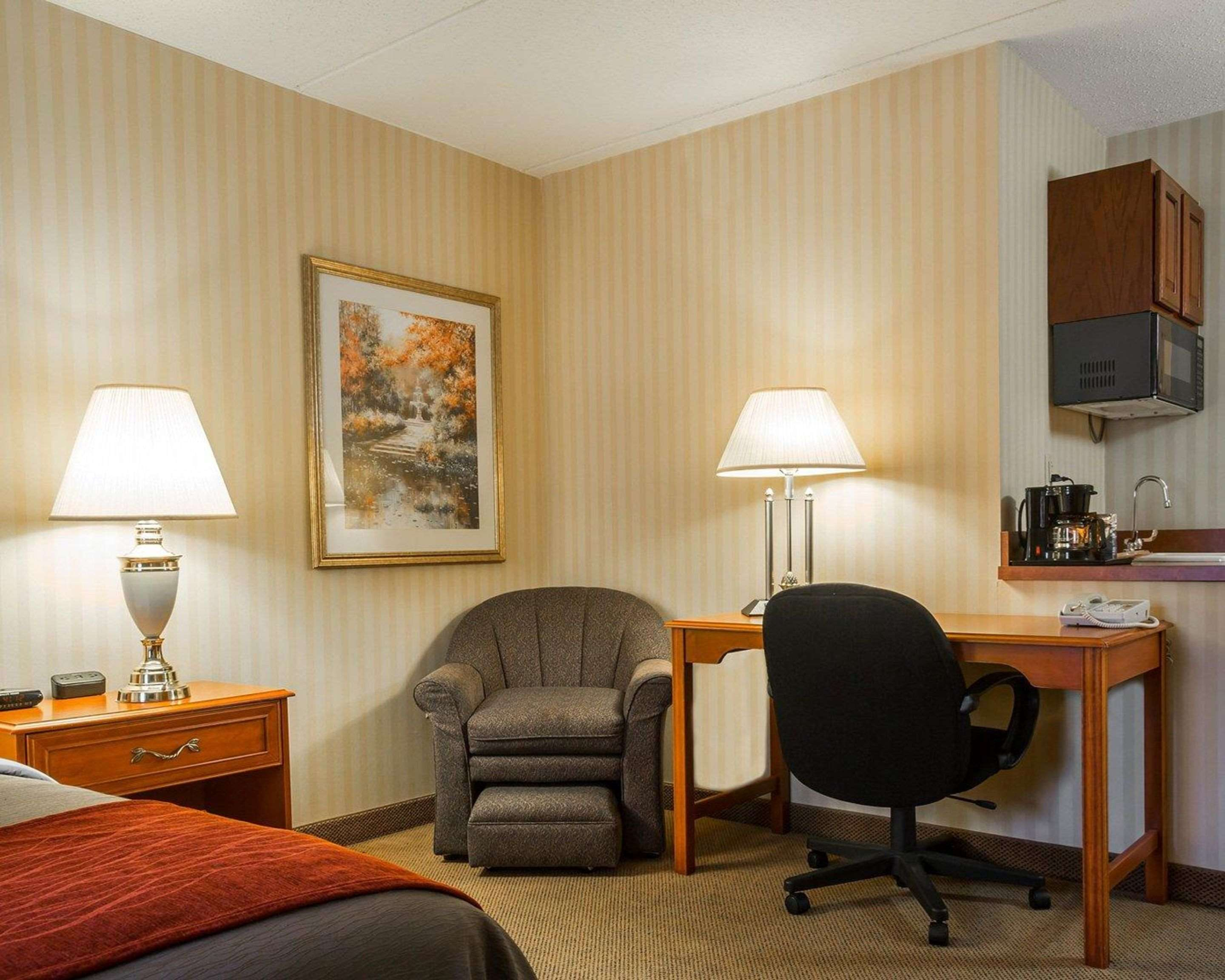 Guest room with desk area