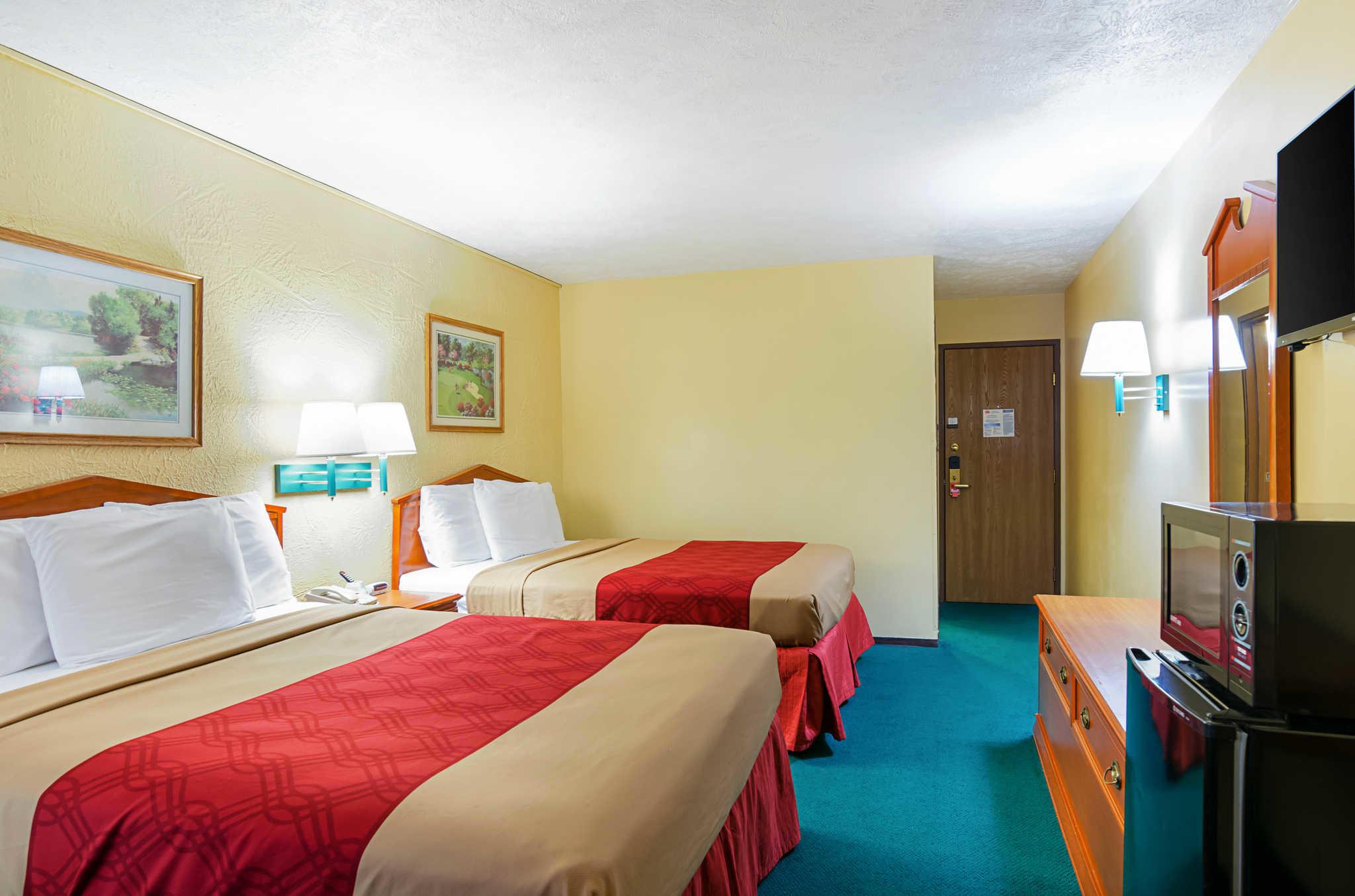 Econo Lodge Lansing - Leavenworth image 20
