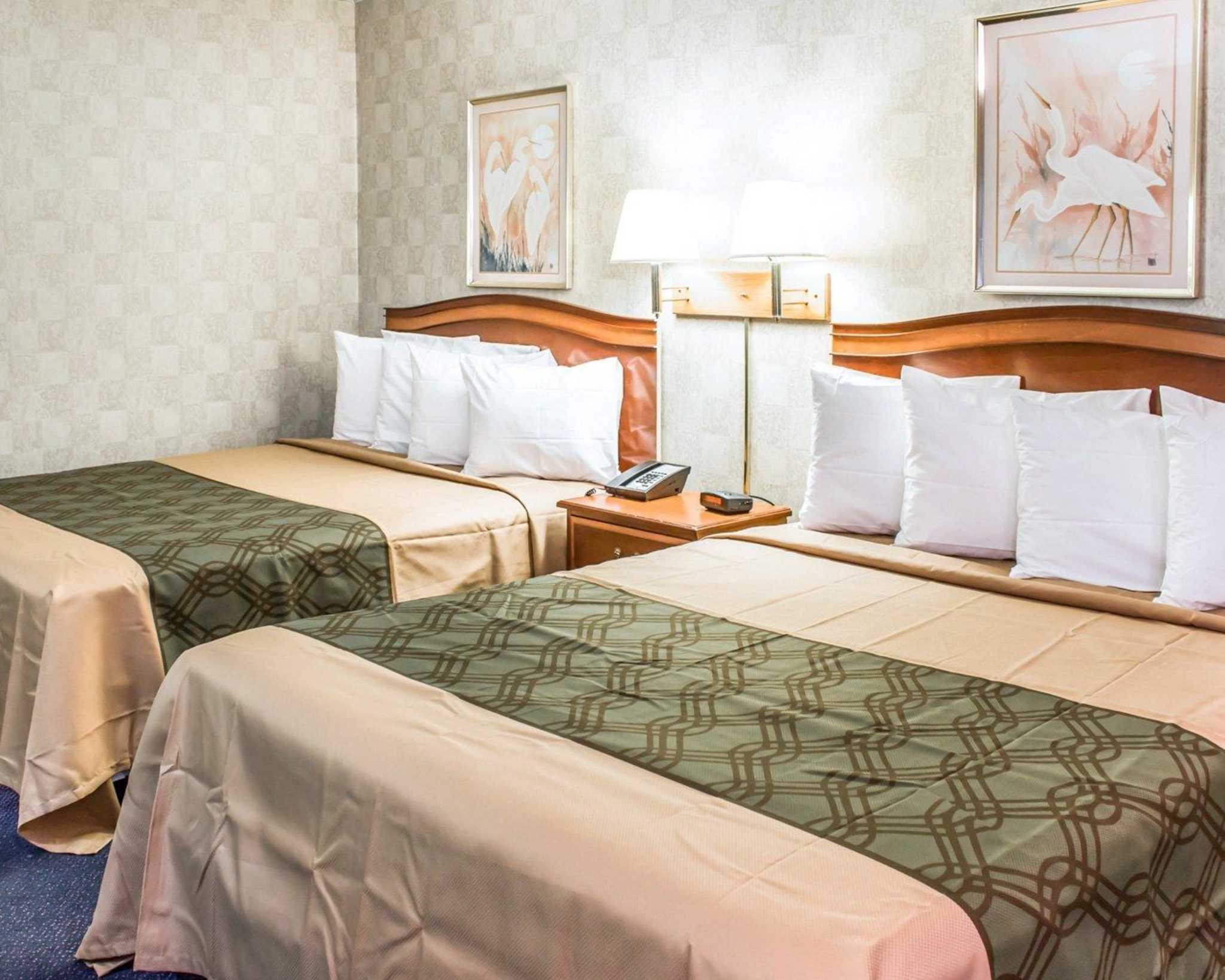 Econo Lodge & Suites image 9