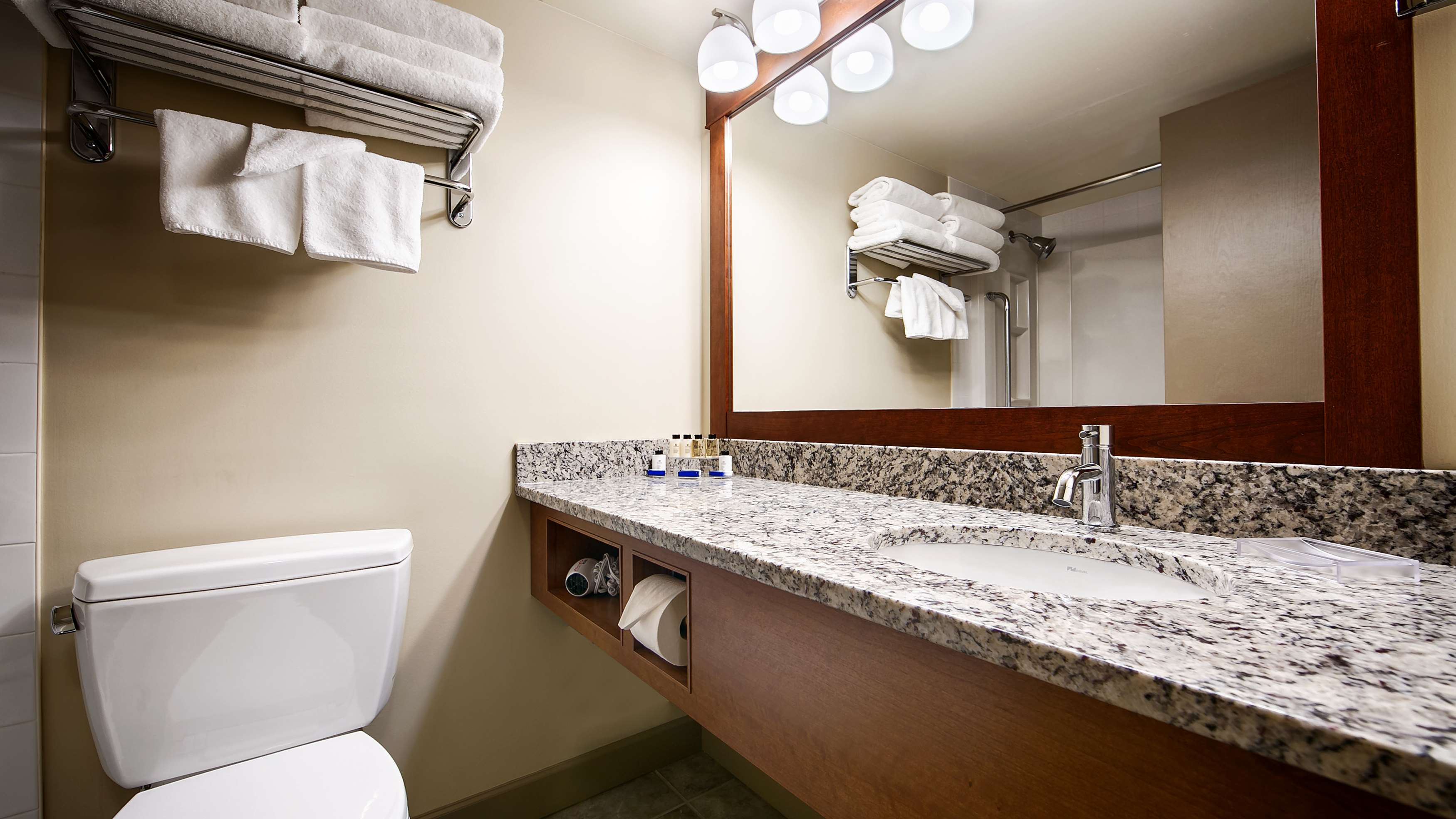 Best Western Plus Barclay Hotel in Port Alberni: Guest Bathroom