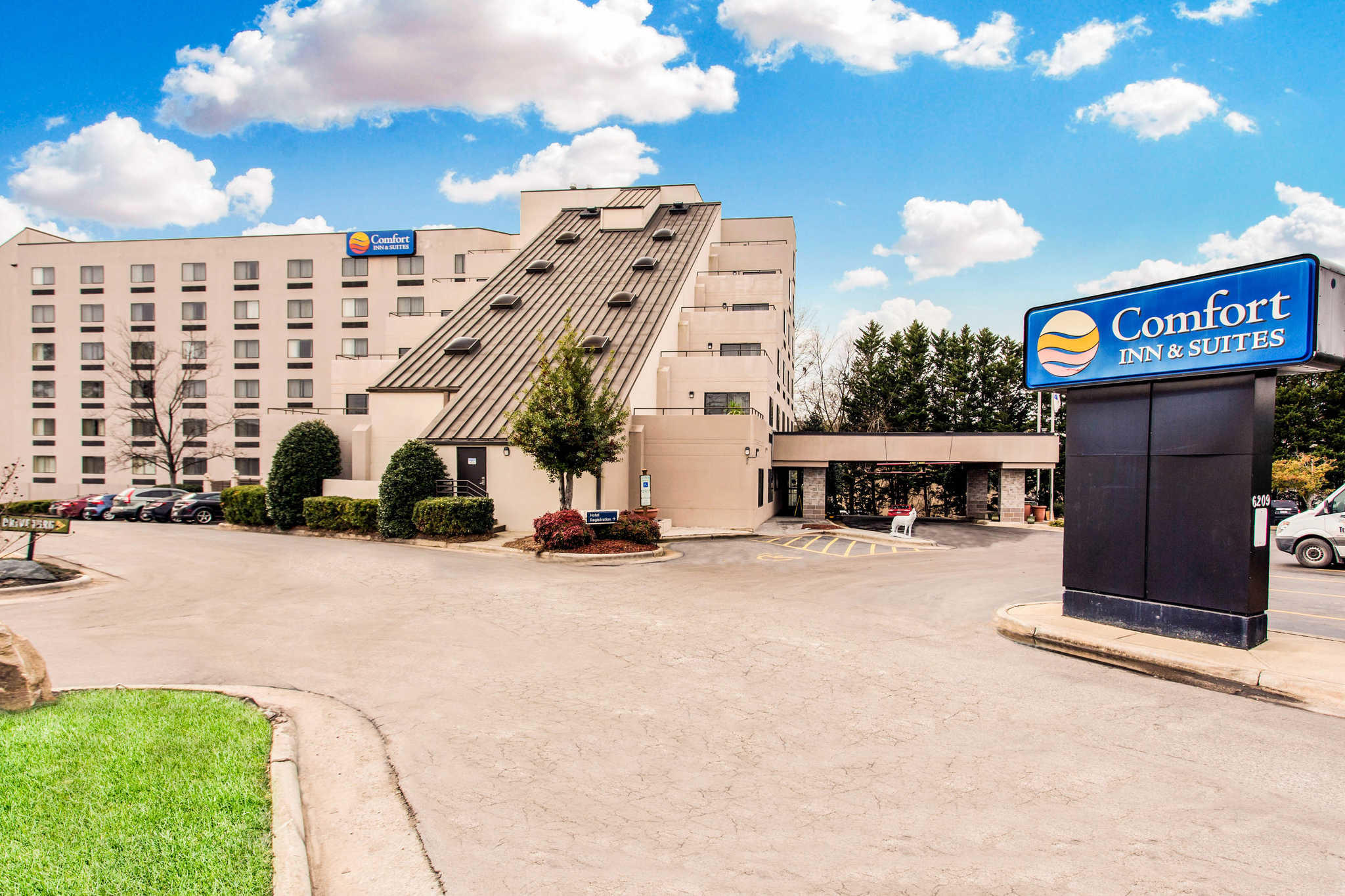 Comfort Inn & Suites Crabtree Valley image 0