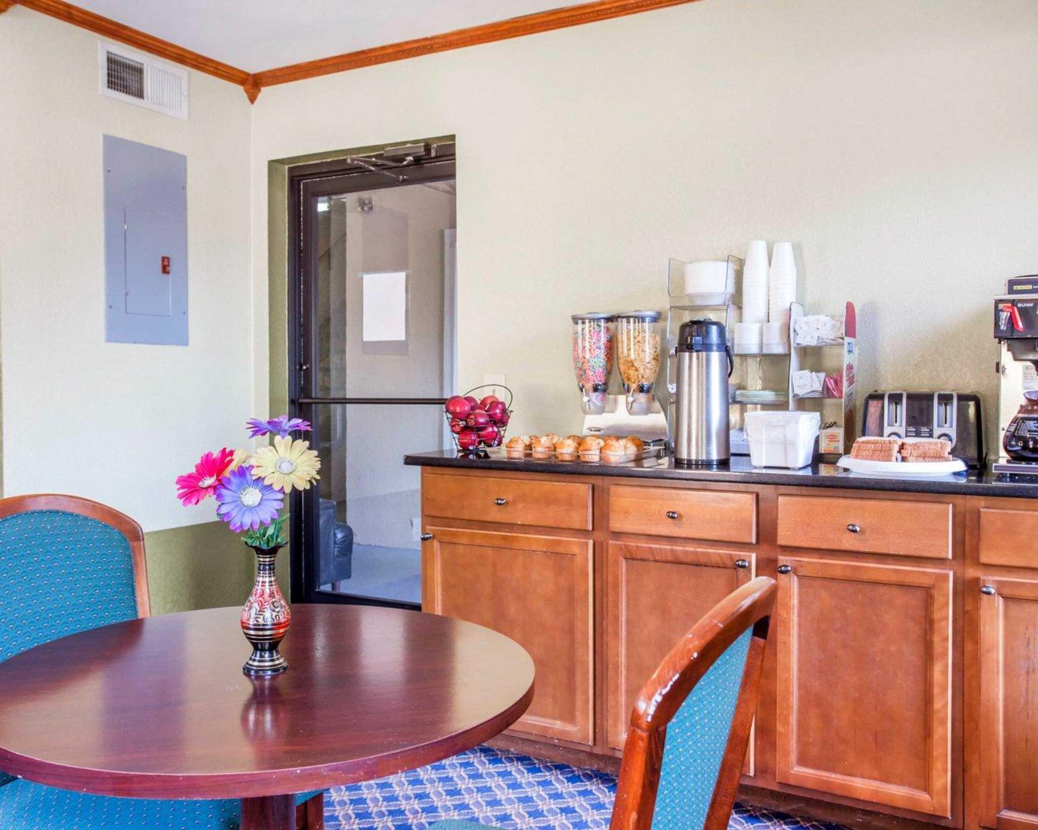 Rodeway Inn & Suites Fort Jackson image 20