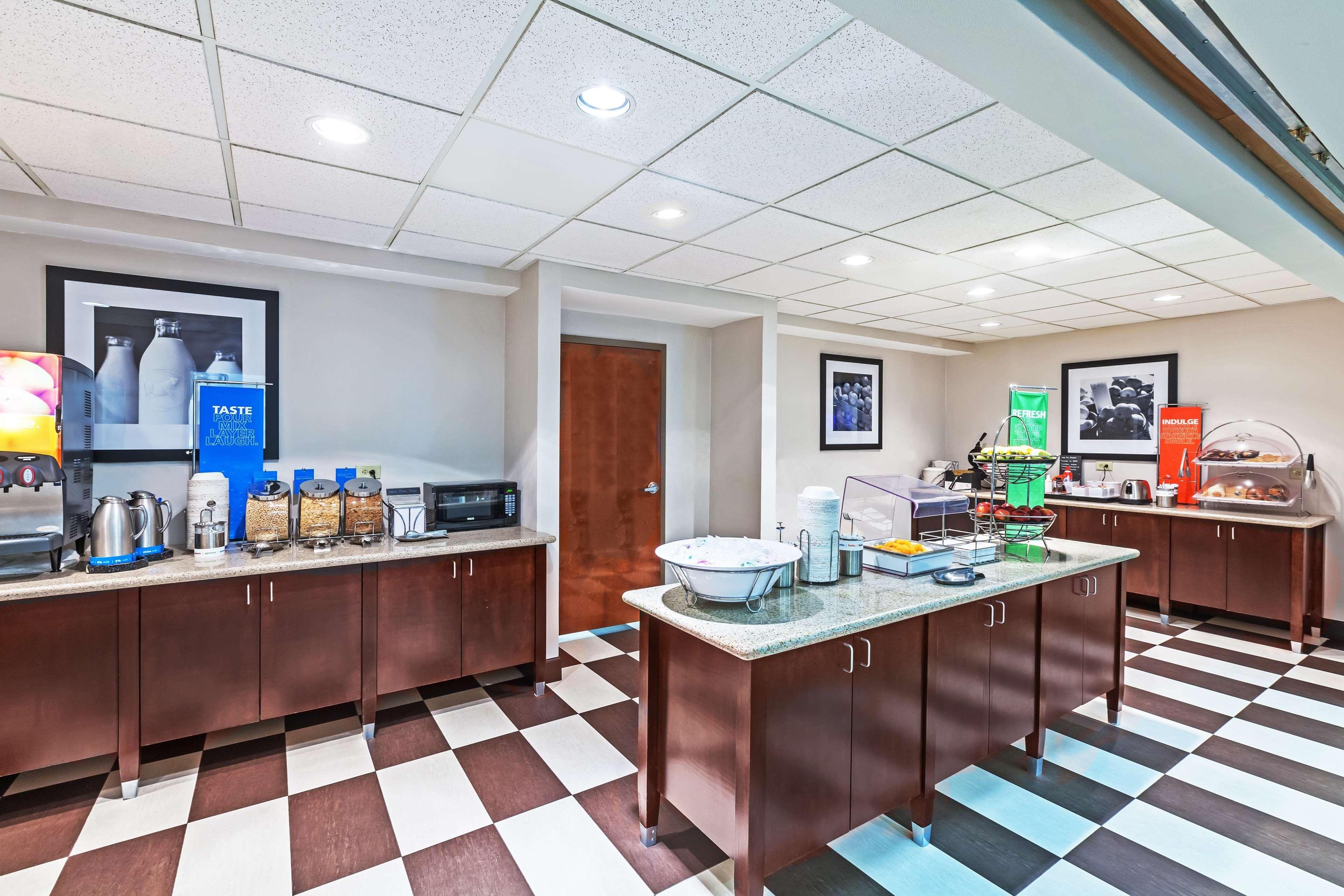 Hampton Inn & Suites Houston-Westchase image 8