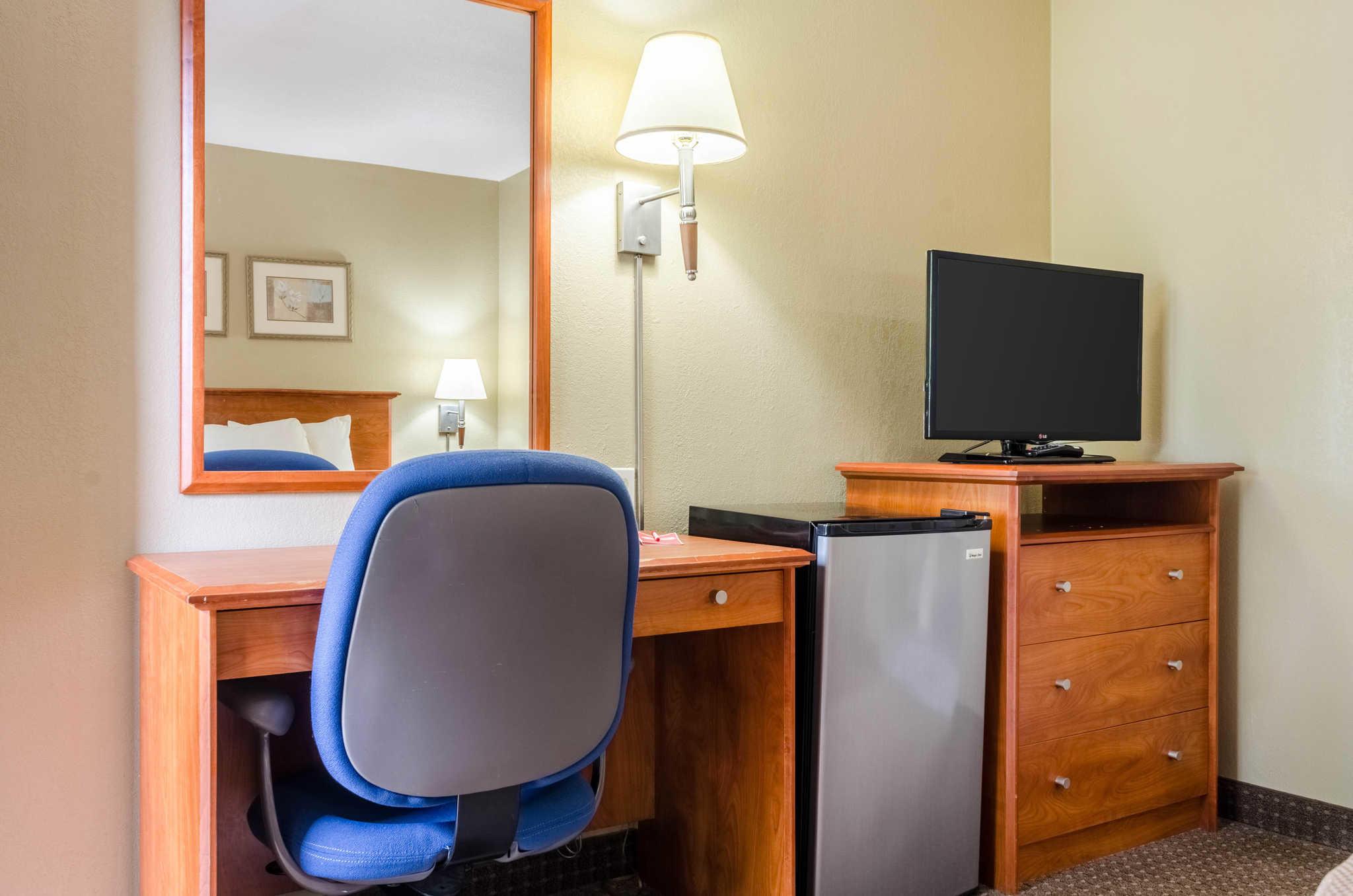 Econo Lodge  Inn & Suites I-35 at Shawnee Mission image 28