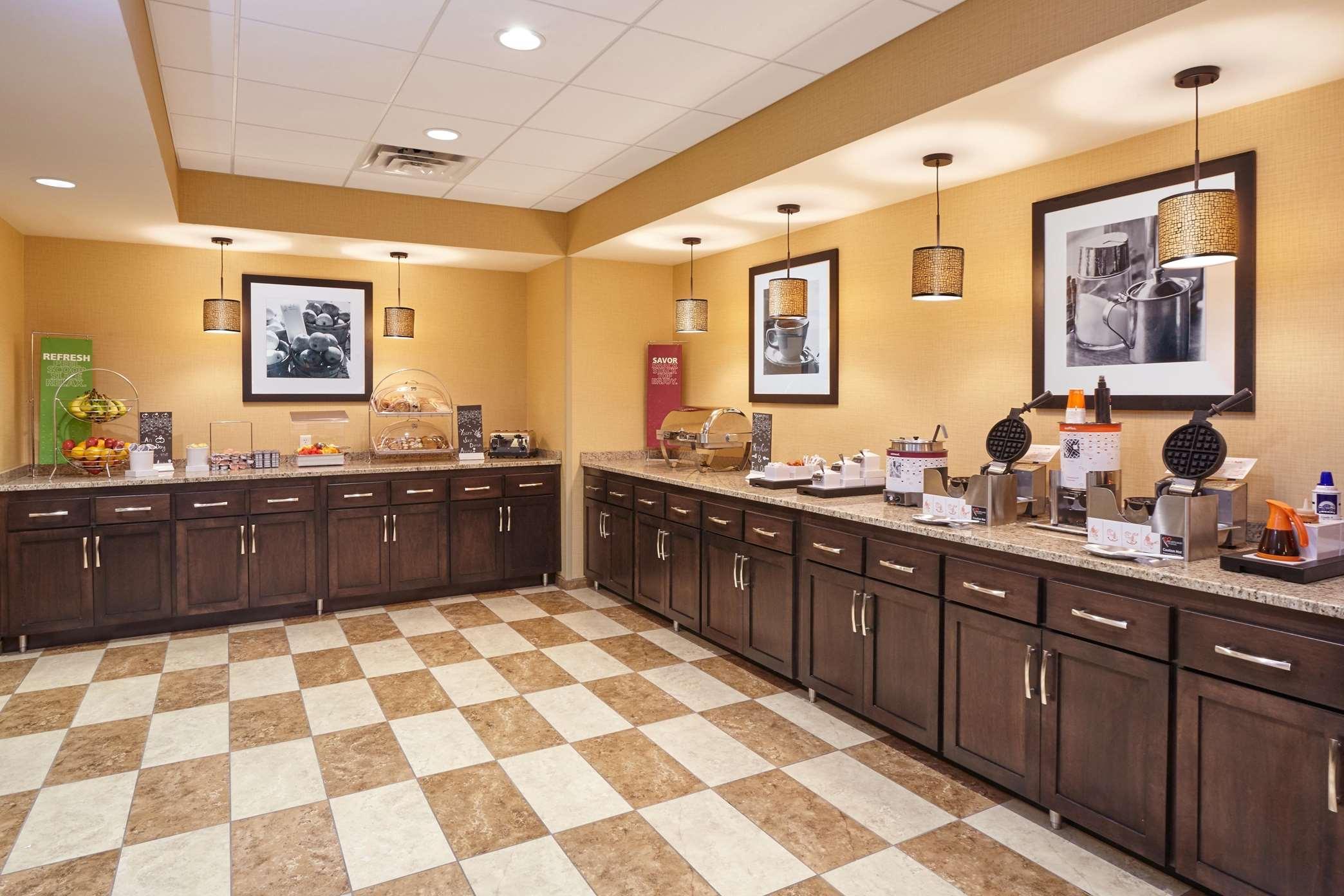 Hampton Inn & Suites Milwaukee/Franklin image 9