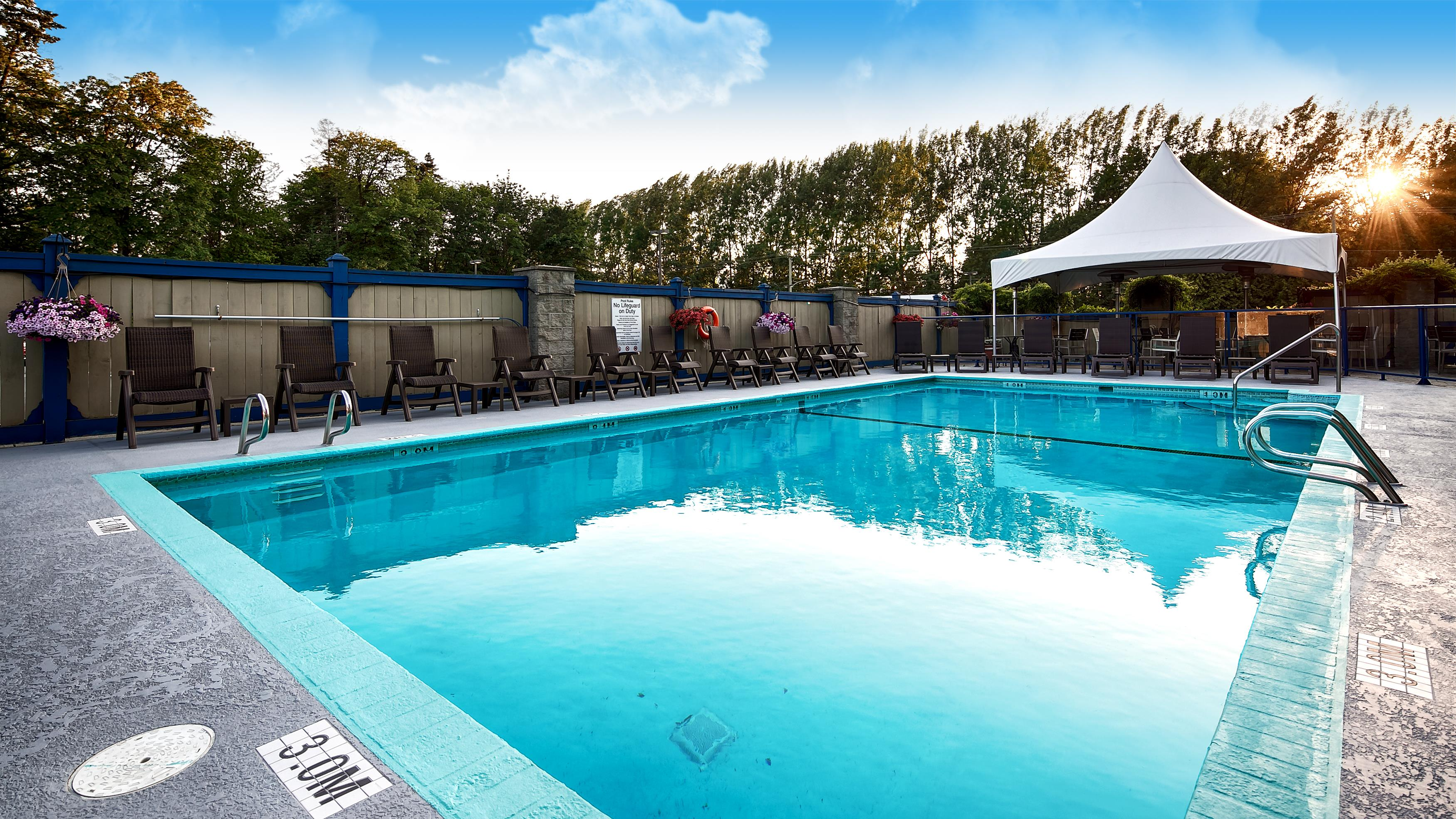 Best Western Plus Barclay Hotel in Port Alberni: Outdoor Pool
