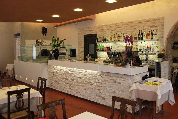 Ristorante pizzeria miramonti ristoranti volta for Pizzeria arredamento