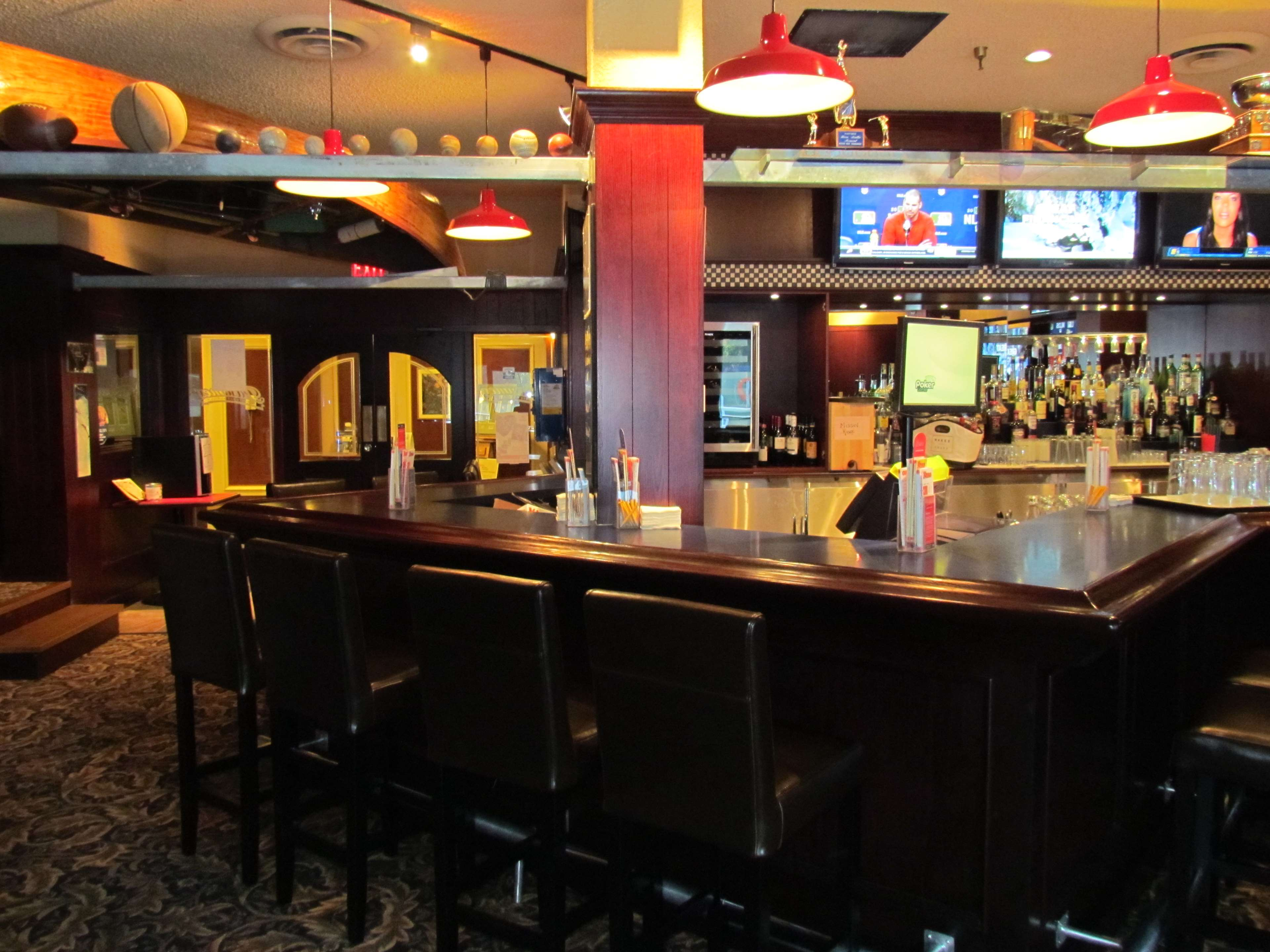 Best Western Plus Barclay Hotel in Port Alberni: Pastimes Sports Bar and Grill for watching your favorite sports.
