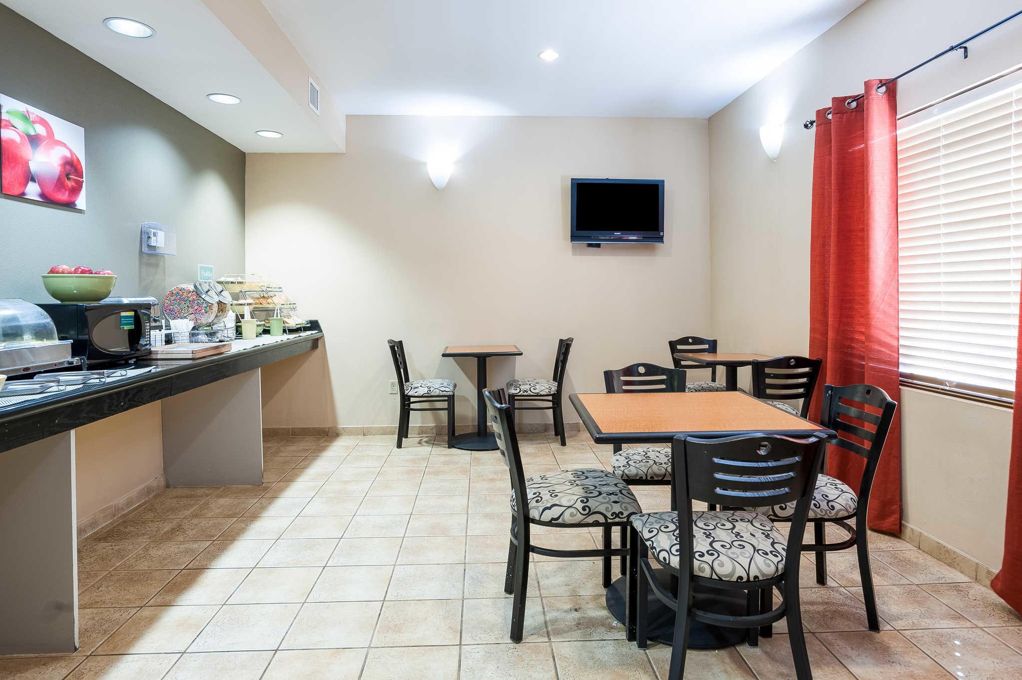 Quality Inn & Suites image 39