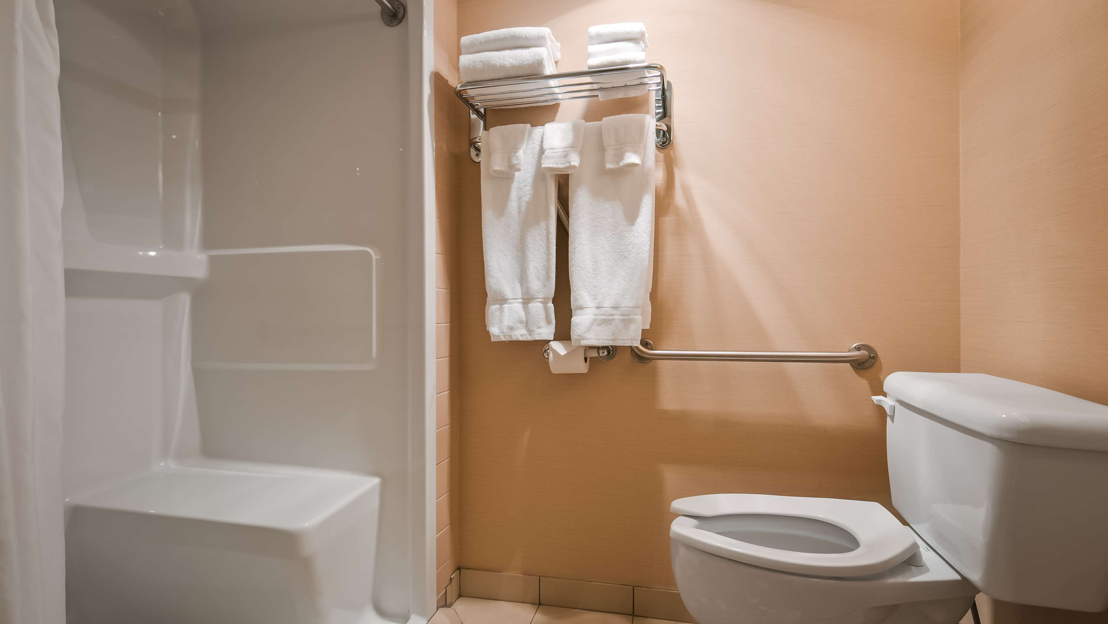 Best Western Plus Mission City Lodge in Mission: Guest Batroom