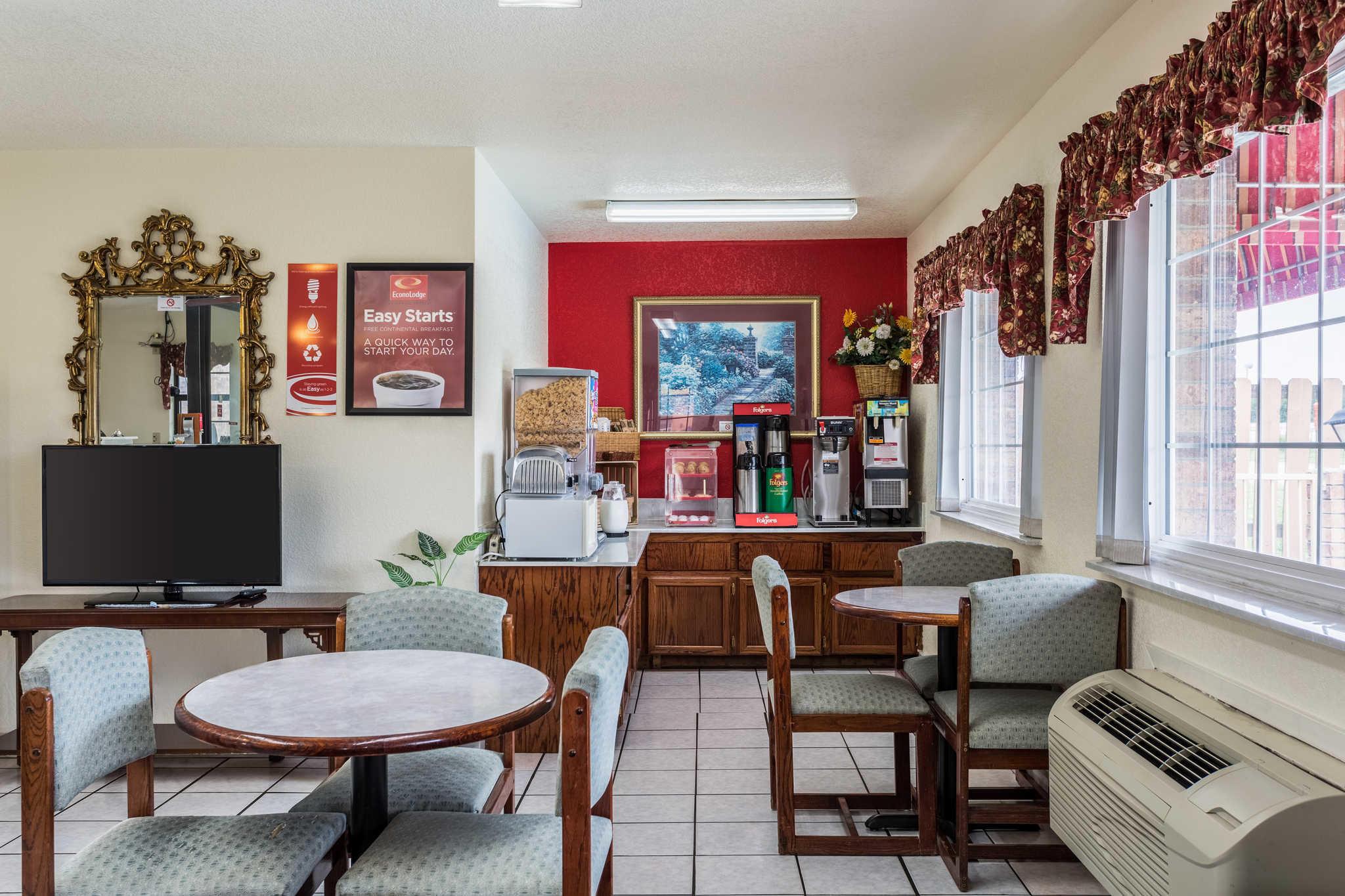 Econo Lodge & Suites image 20