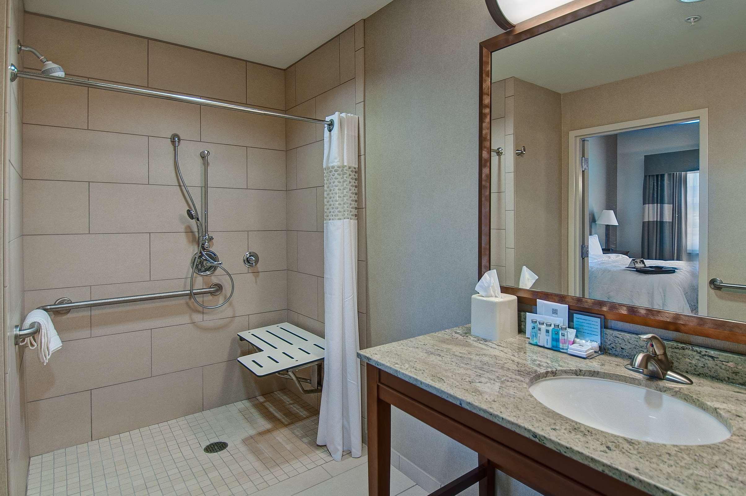 Hampton Inn & Suites Salem image 7