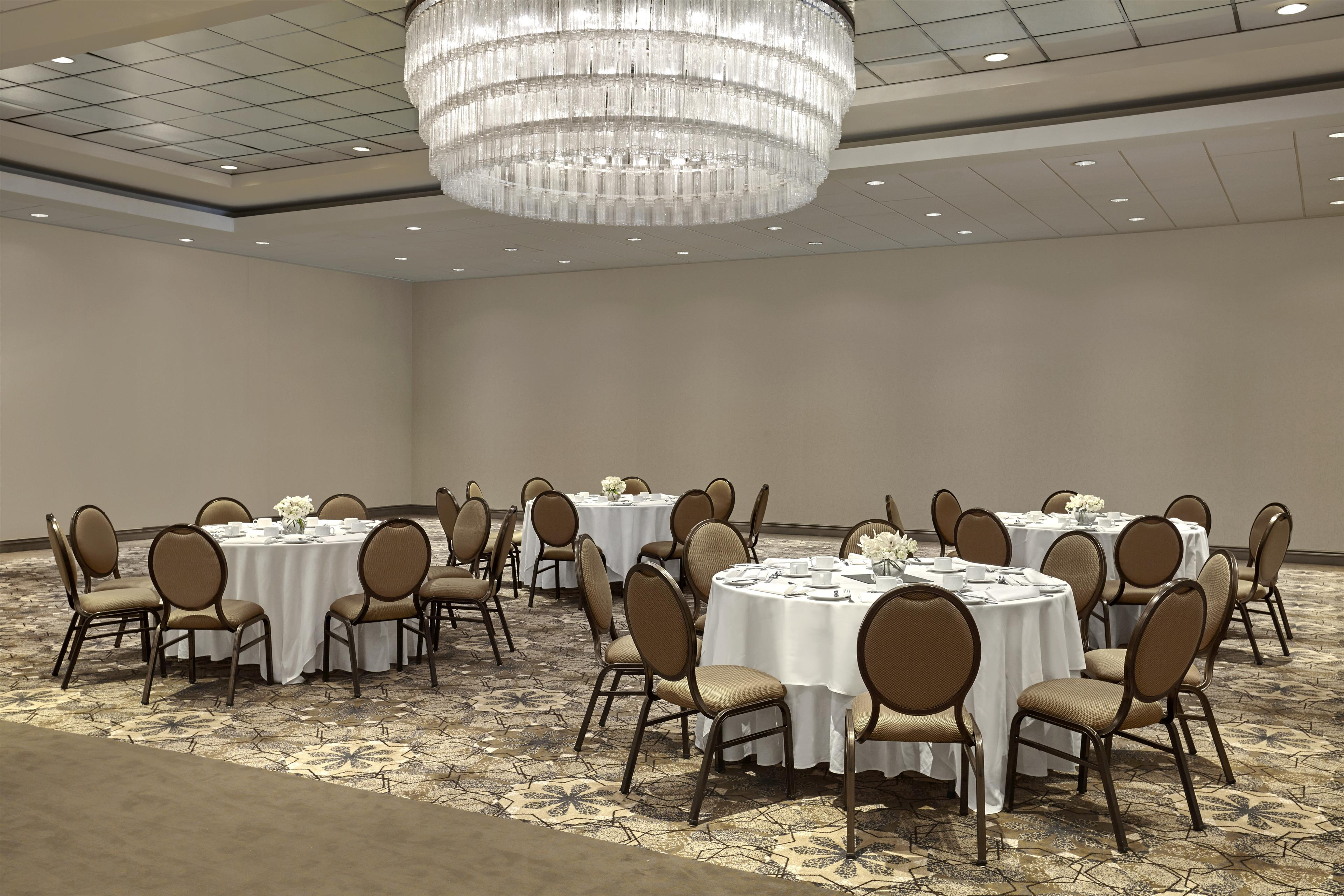 Sheraton Vancouver Guildford Hotel in Surrey: Guildford Ballroom Setup in Rounds