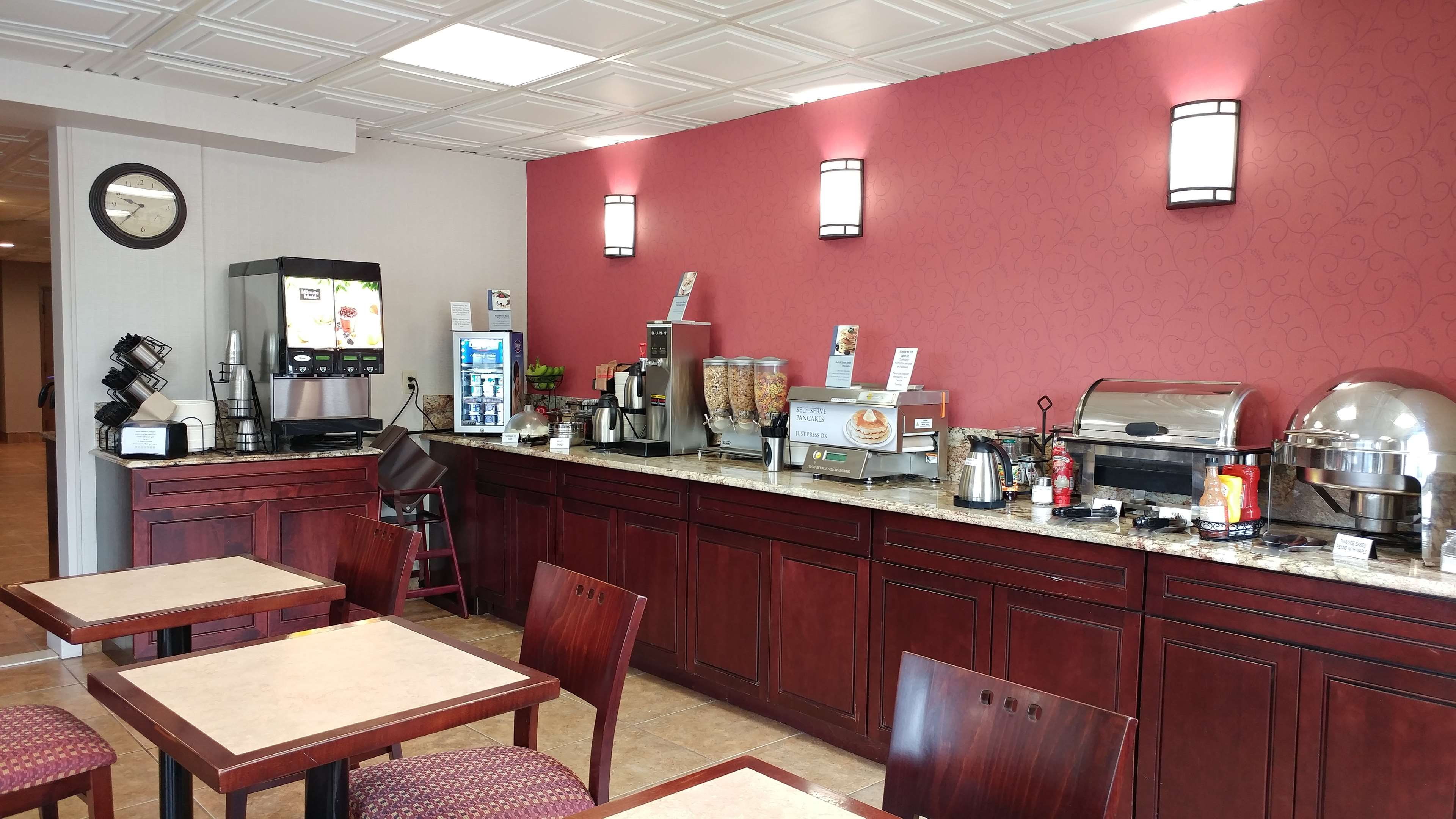 Best Western Plus Rose City Suites in Welland: Breakfast Area