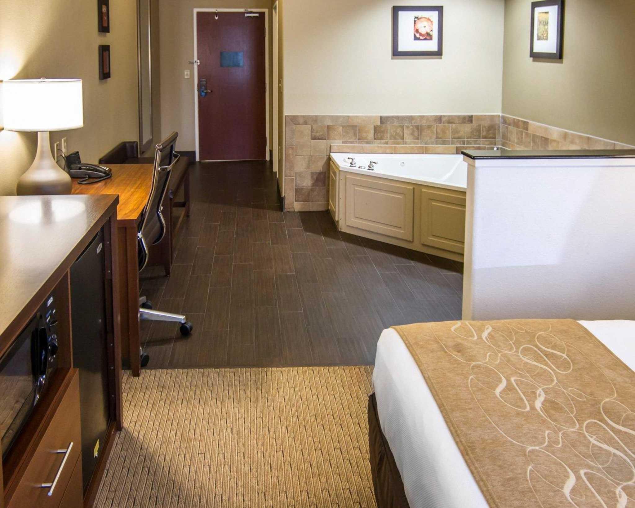 Comfort Suites Marshall image 28
