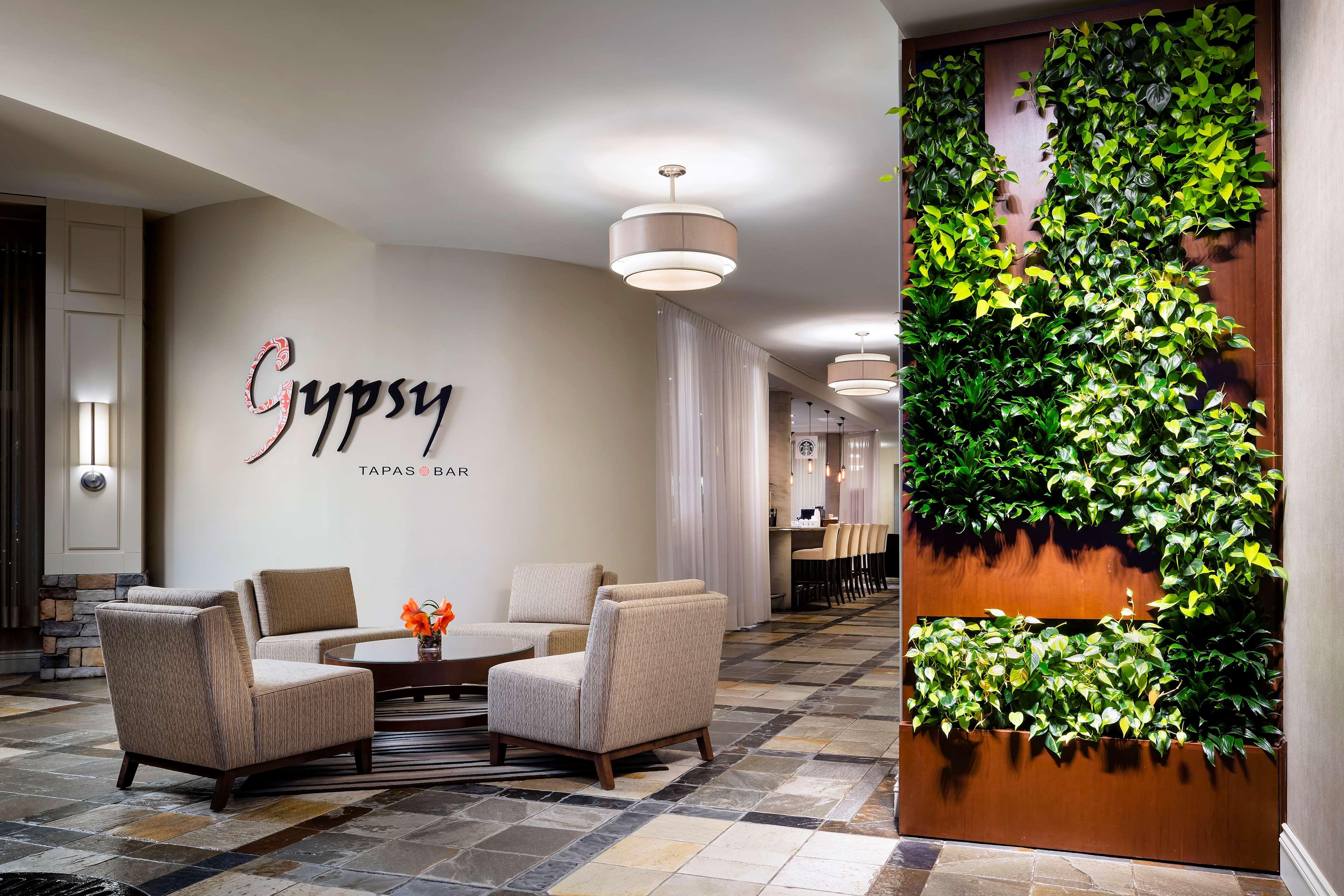 Le Westin Resort & Spa, Tremblant, Quebec à Mont Tremblant: Lobby Green Wall