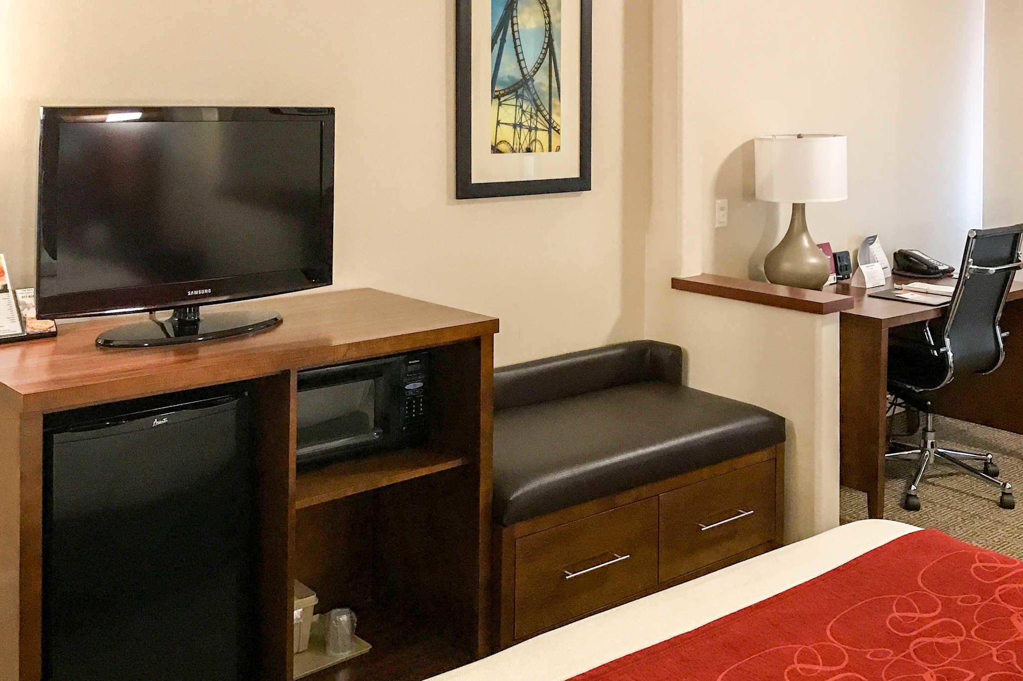 Comfort Suites Near Six Flags Magic Mountain image 17