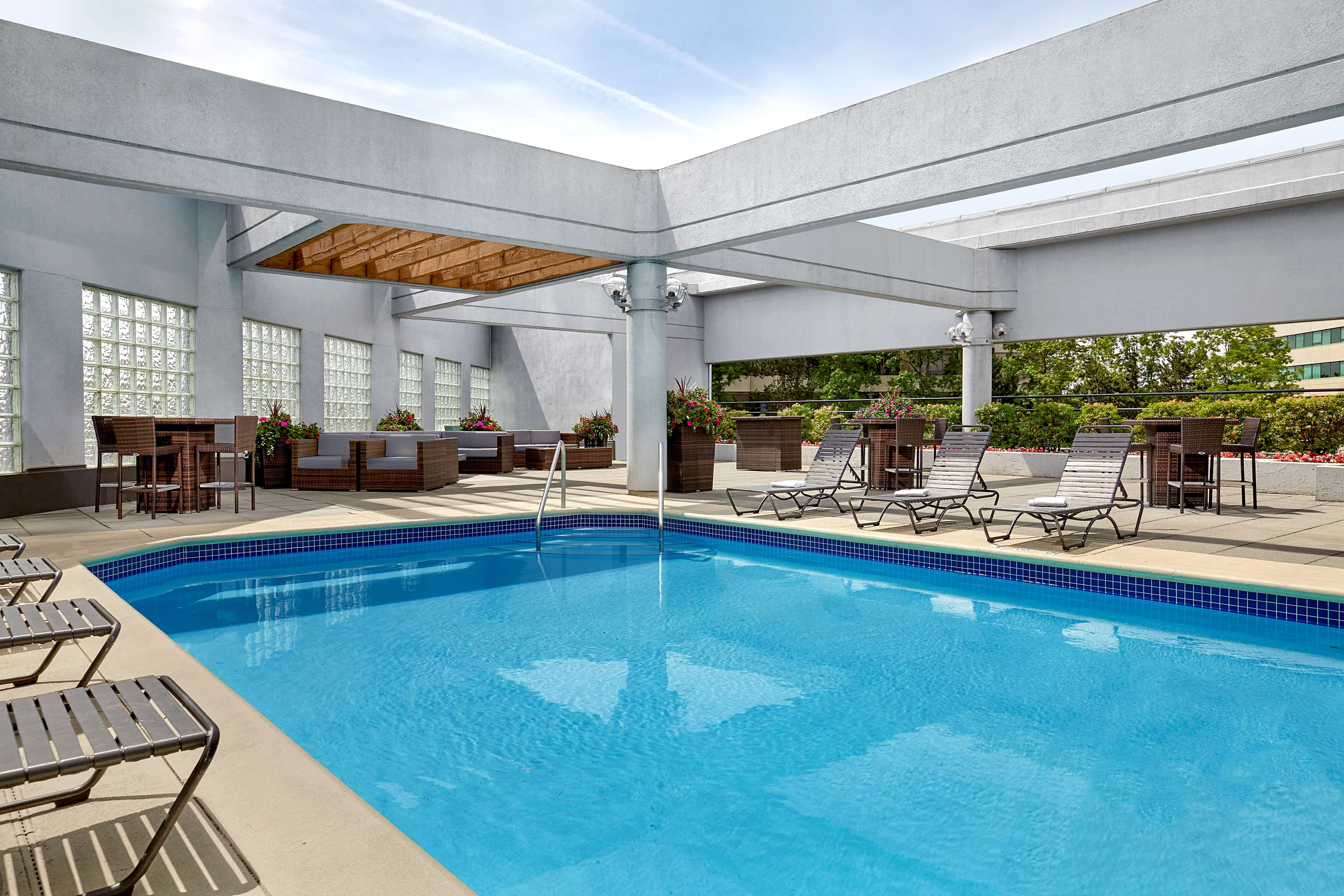 Sheraton Vancouver Guildford Hotel in Surrey: Outdoor Pool