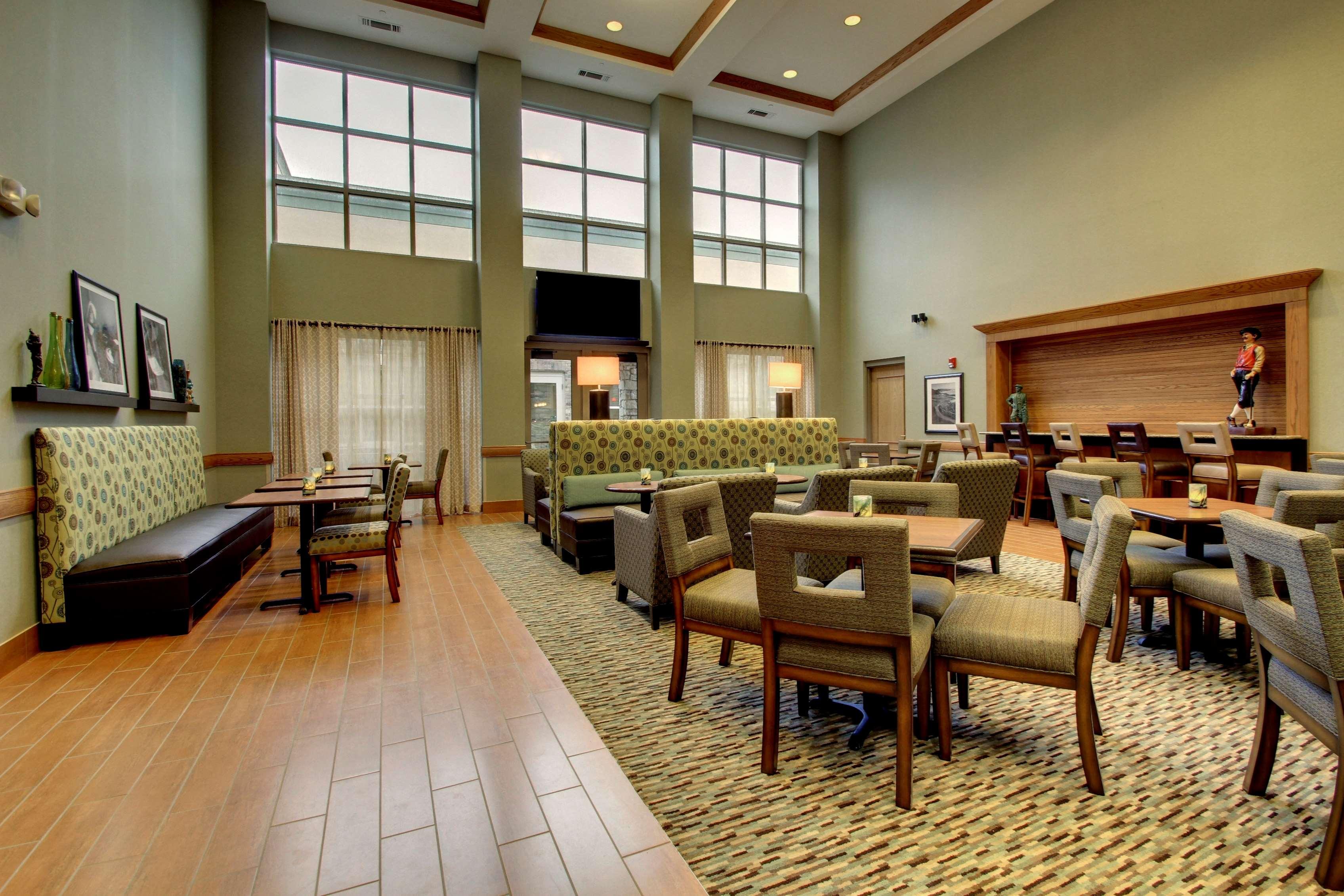 Hampton Inn & Suites Chicago/Aurora image 11