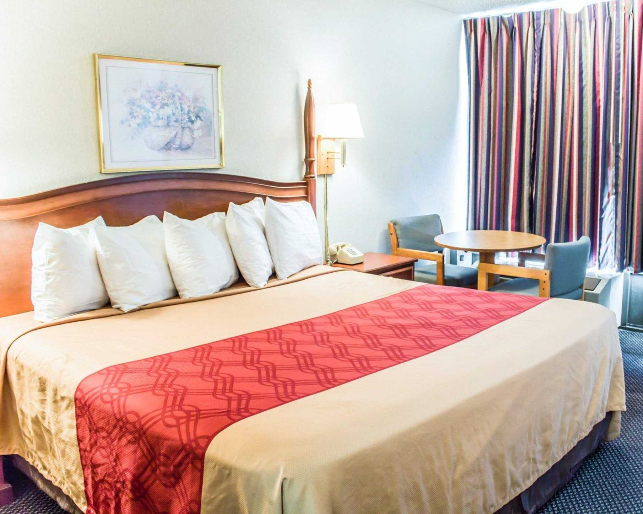 Econo Lodge & Suites image 3