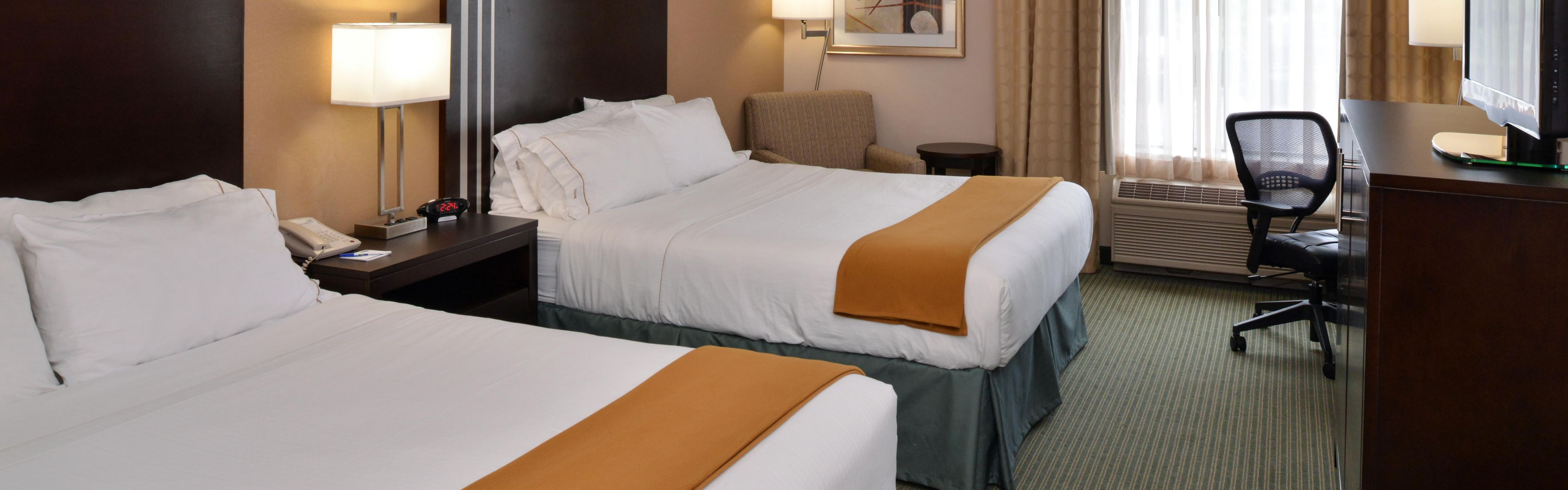Holiday Inn Express & Suites Milwaukee-New Berlin image 1