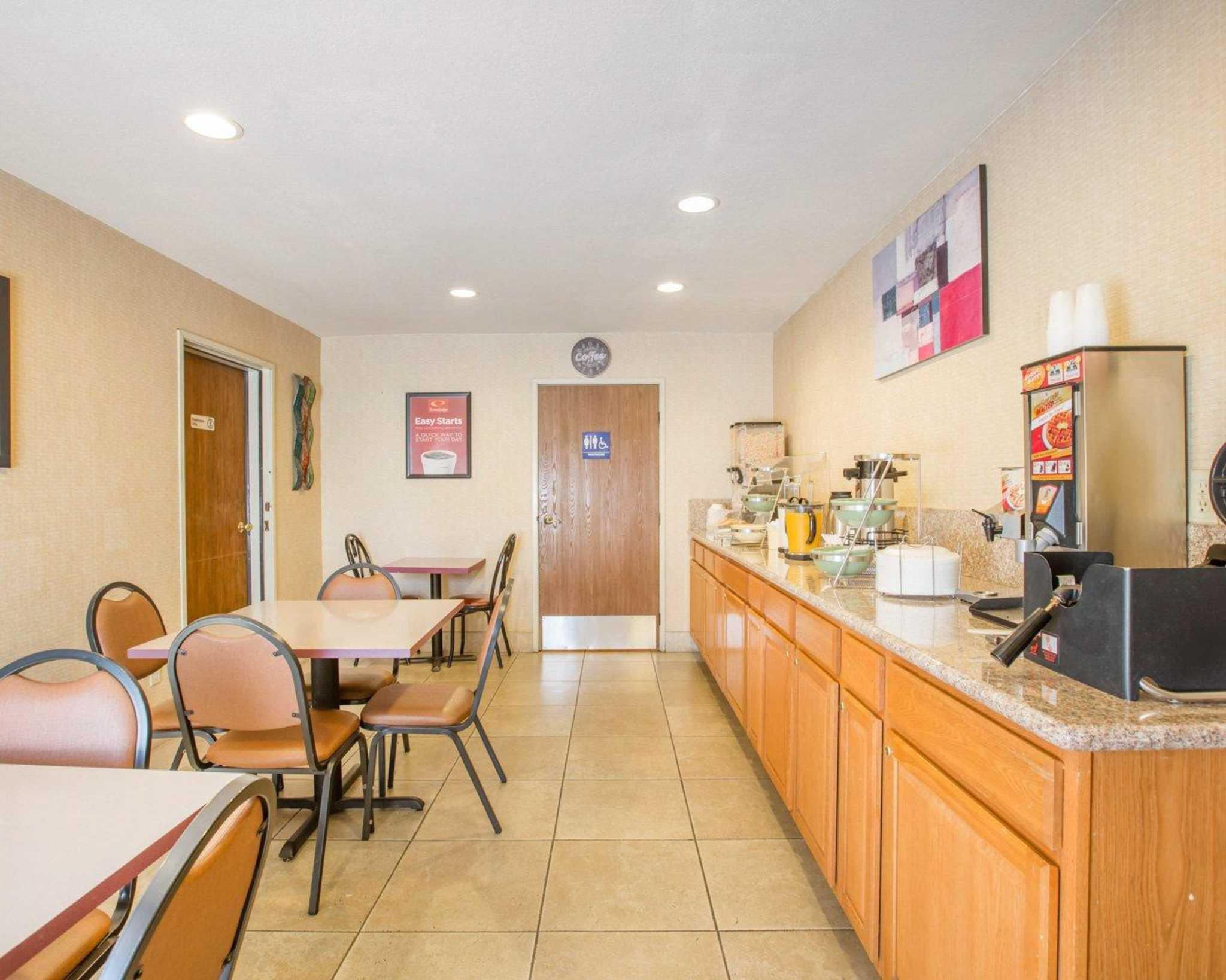 Econo Lodge Inn & Suites Lodi image 9