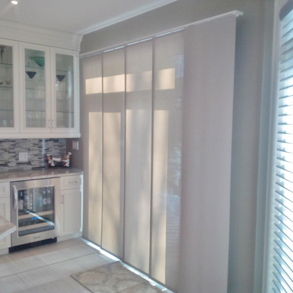 Budget Blinds à Waterloo: The panel track in this Waterloo home is controlled by a baton. Not only is this a sleek and stylish option for a patio door, but one of the most convenient to operate as well.