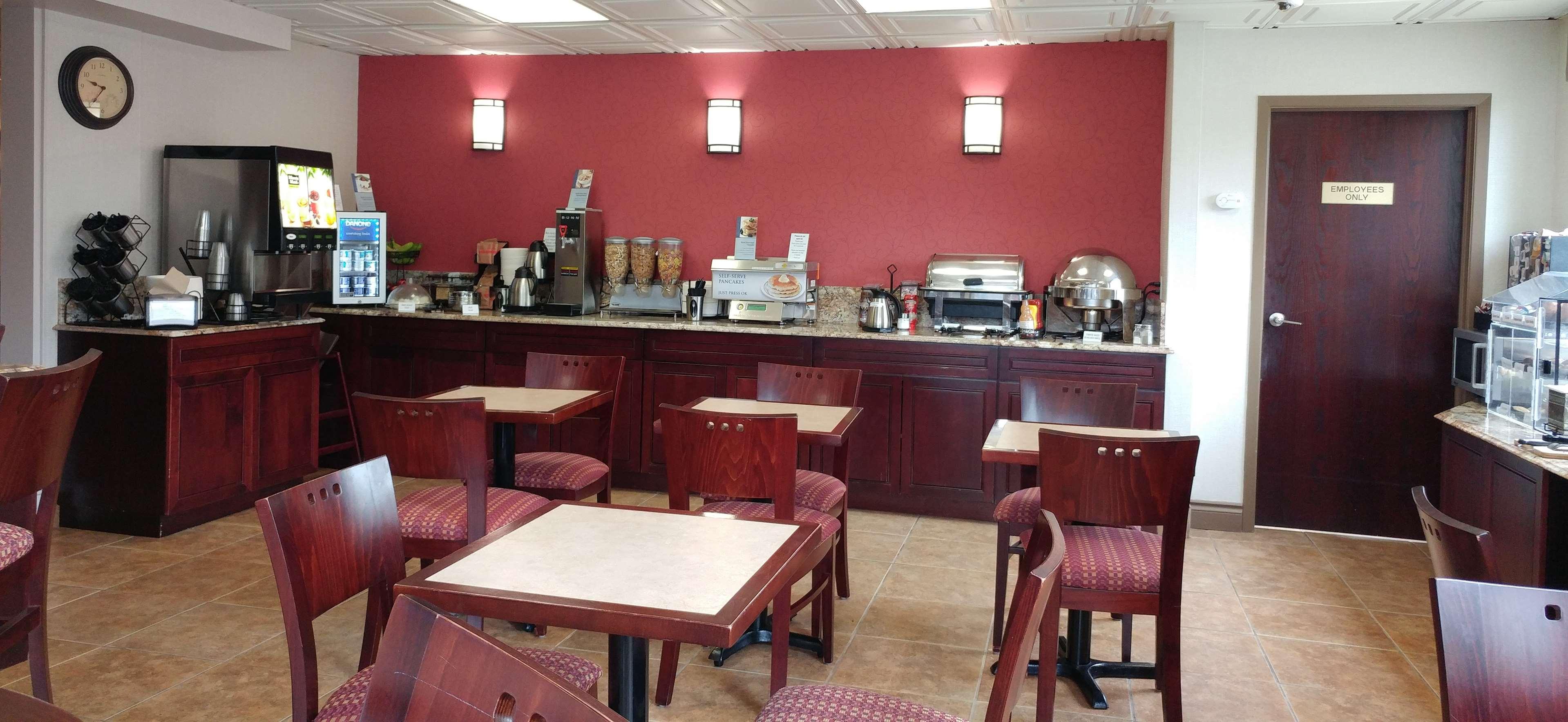 Best Western Plus Rose City Suites in Welland: Breakfast Room Seating Area