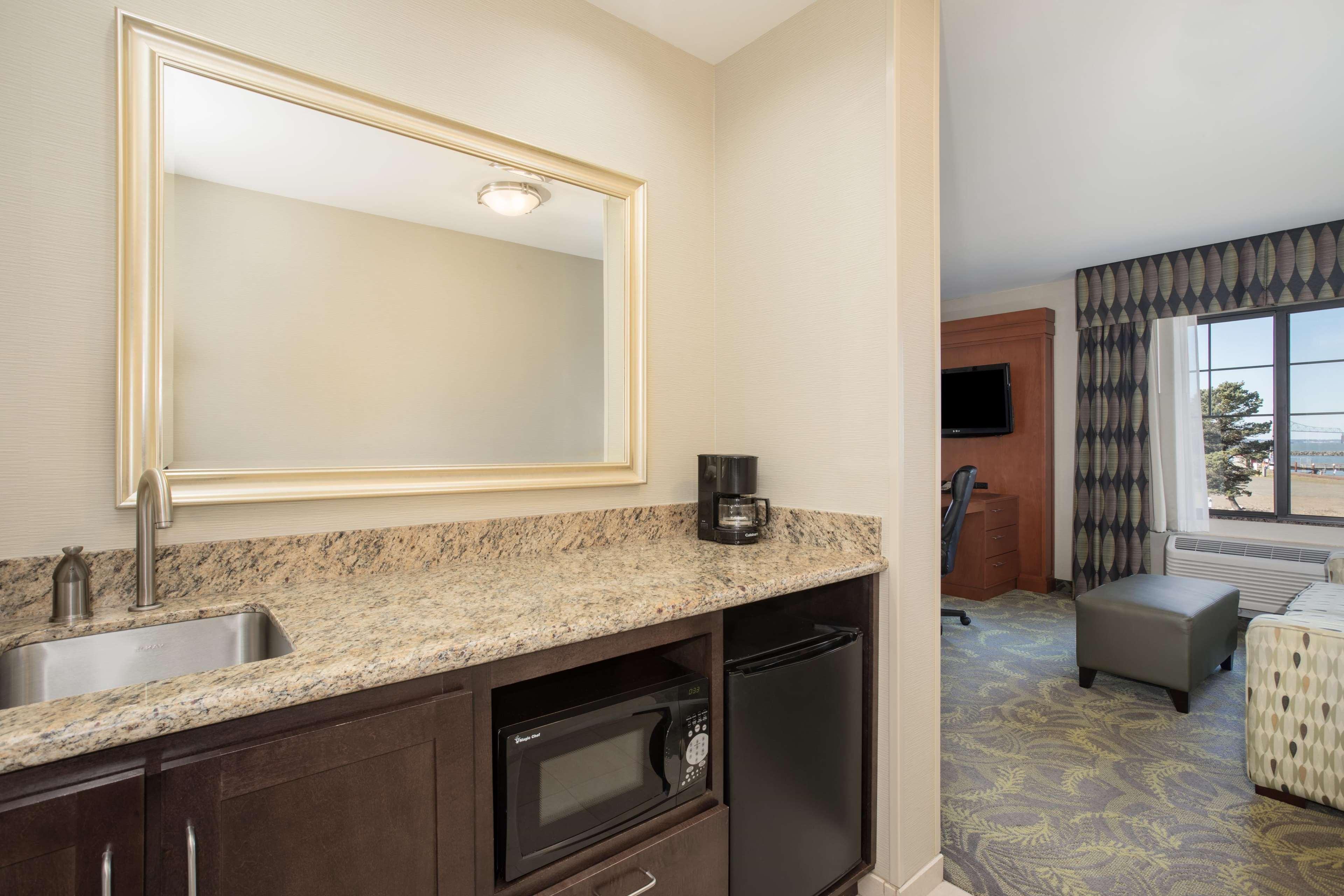 Hampton Inn & Suites Astoria image 20