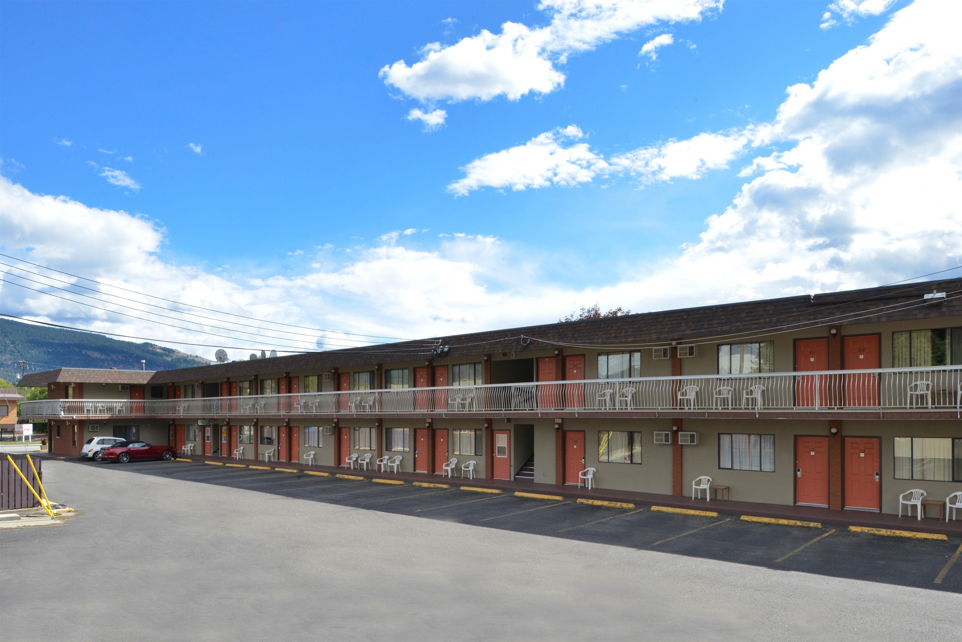Canadas Best Value Inn & Suites in Vernon: Side Exterior